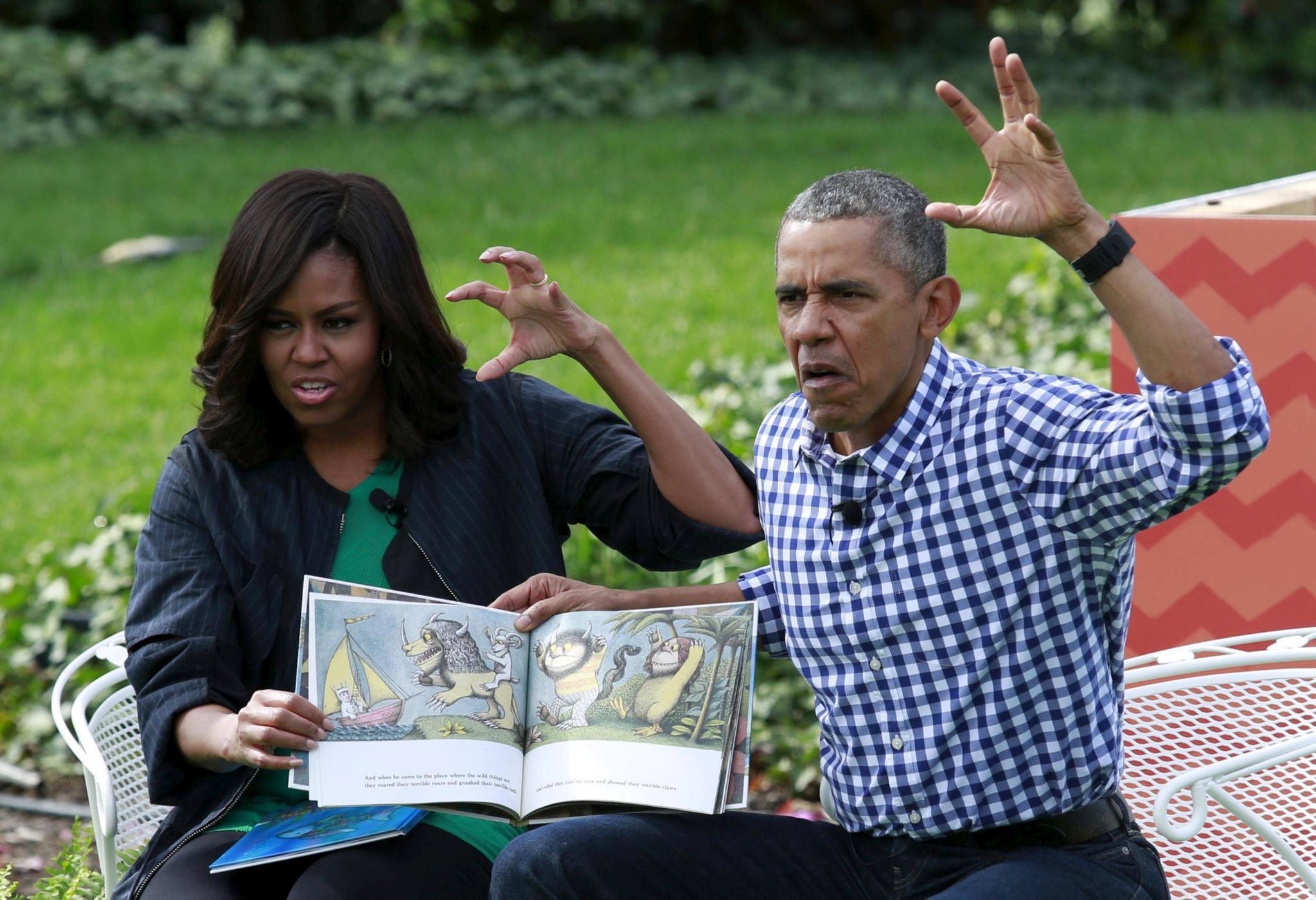 Obama e Michelle lêem um livro infantil para crianças na Casa Branca, durante o evento anual <i>Easter Egg Roll</i>, 2016