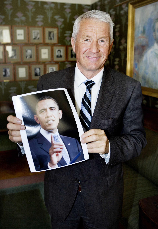 Thorbjoern Jagland, Presidente do Comité Nobel Norueguês, segura uma fotografia de Obama, que recebeu em 2009 o Prémio Nobel da Paz