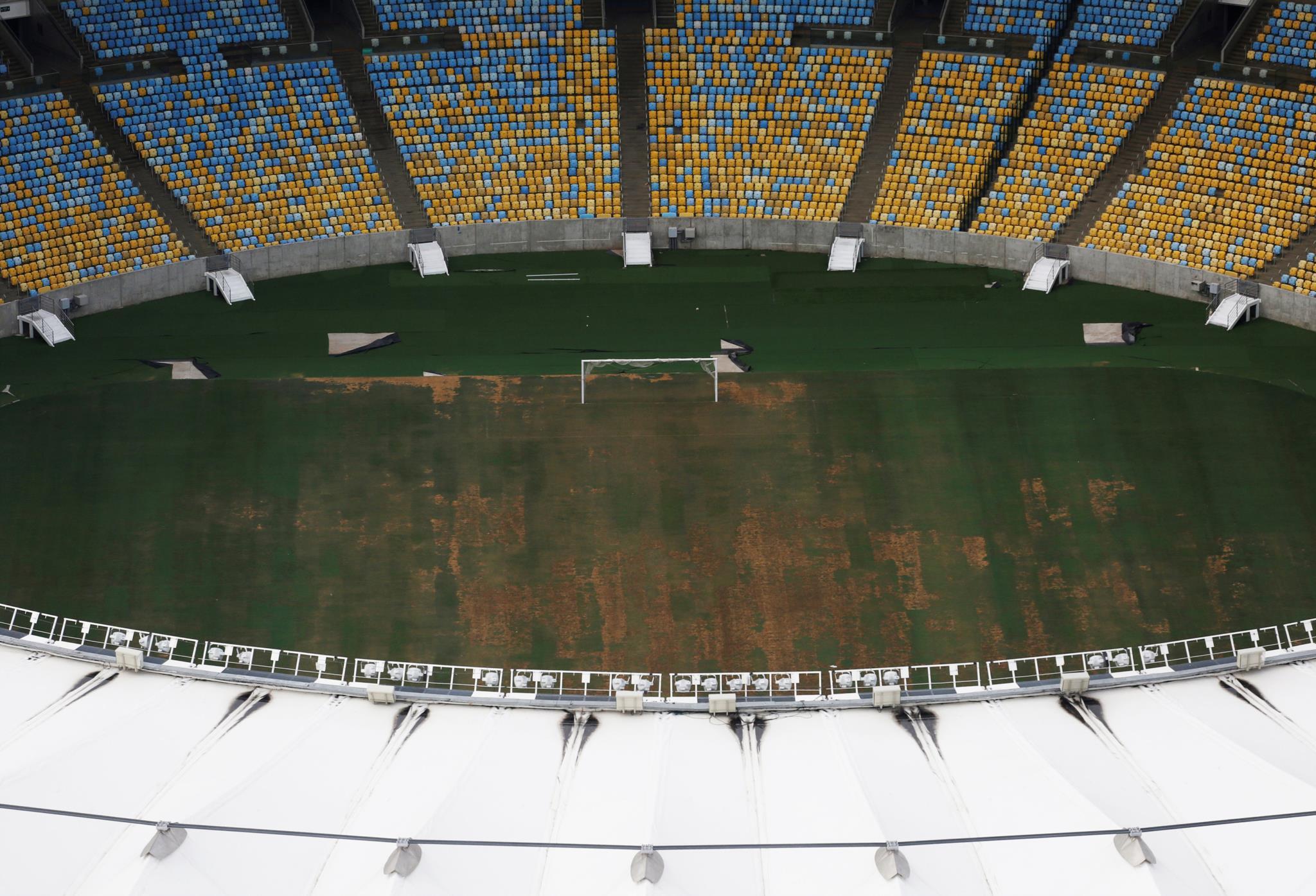 Vista aérea do Estádio Maracanã, com a relva em péssimo estado