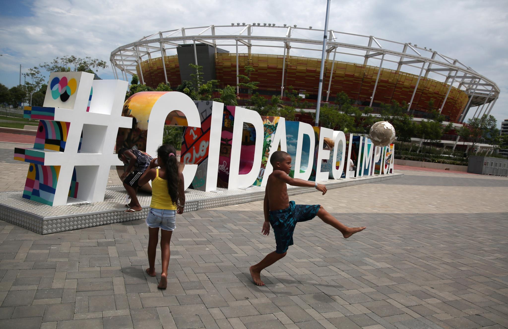 Crianças jogam à bola no parque olímpico