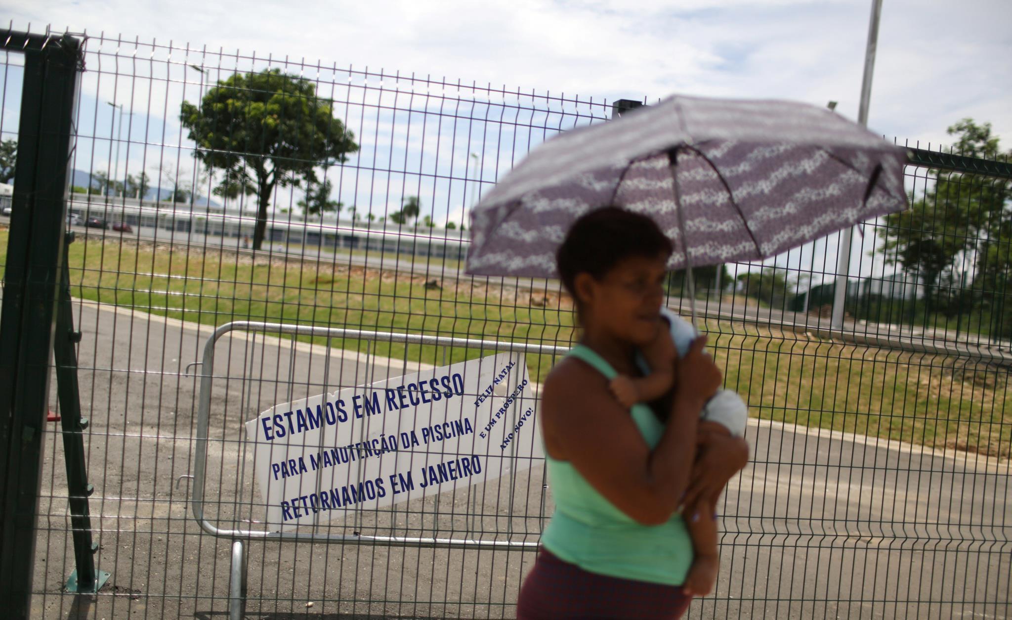 Uma mulher junto ao Complexo do Deodoro, encerrado para manutenção