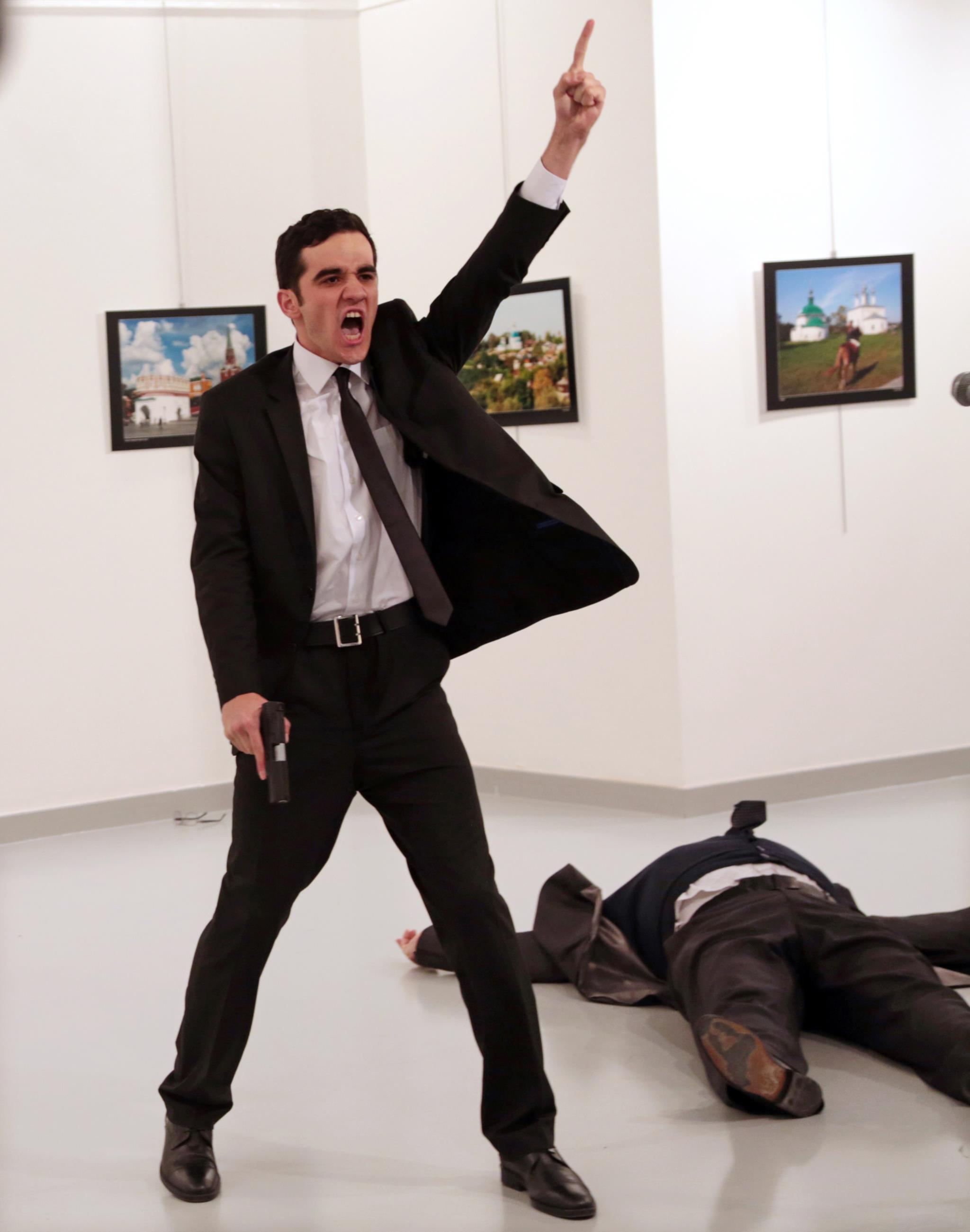 PÚBLICO - A fotografia que apanhou o grito do assassino vence World Press Photo