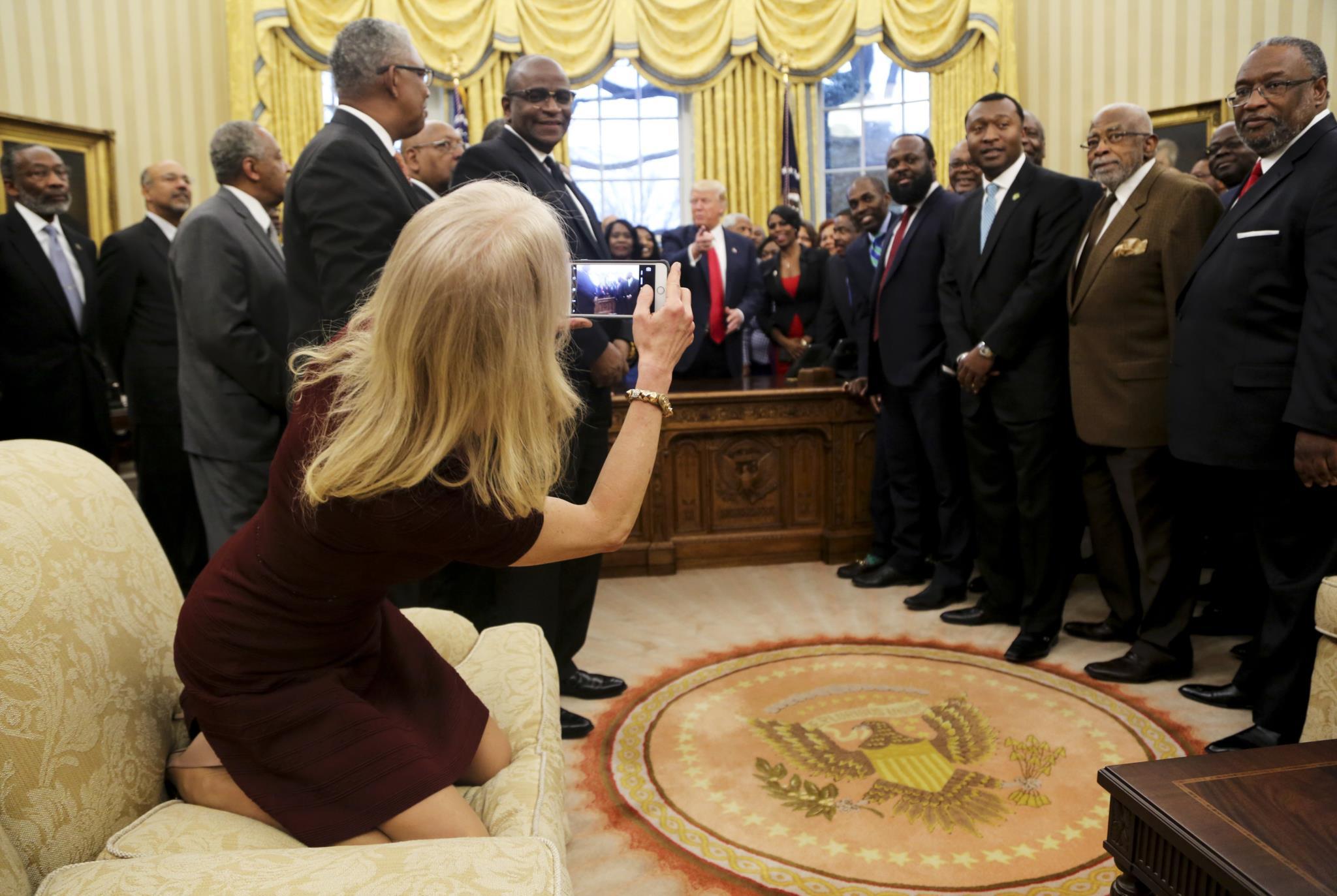 """PÚBLICO - Kellyanne sentou-se calçada no sofá da Sala Oval e abriu um """"couchgate"""""""