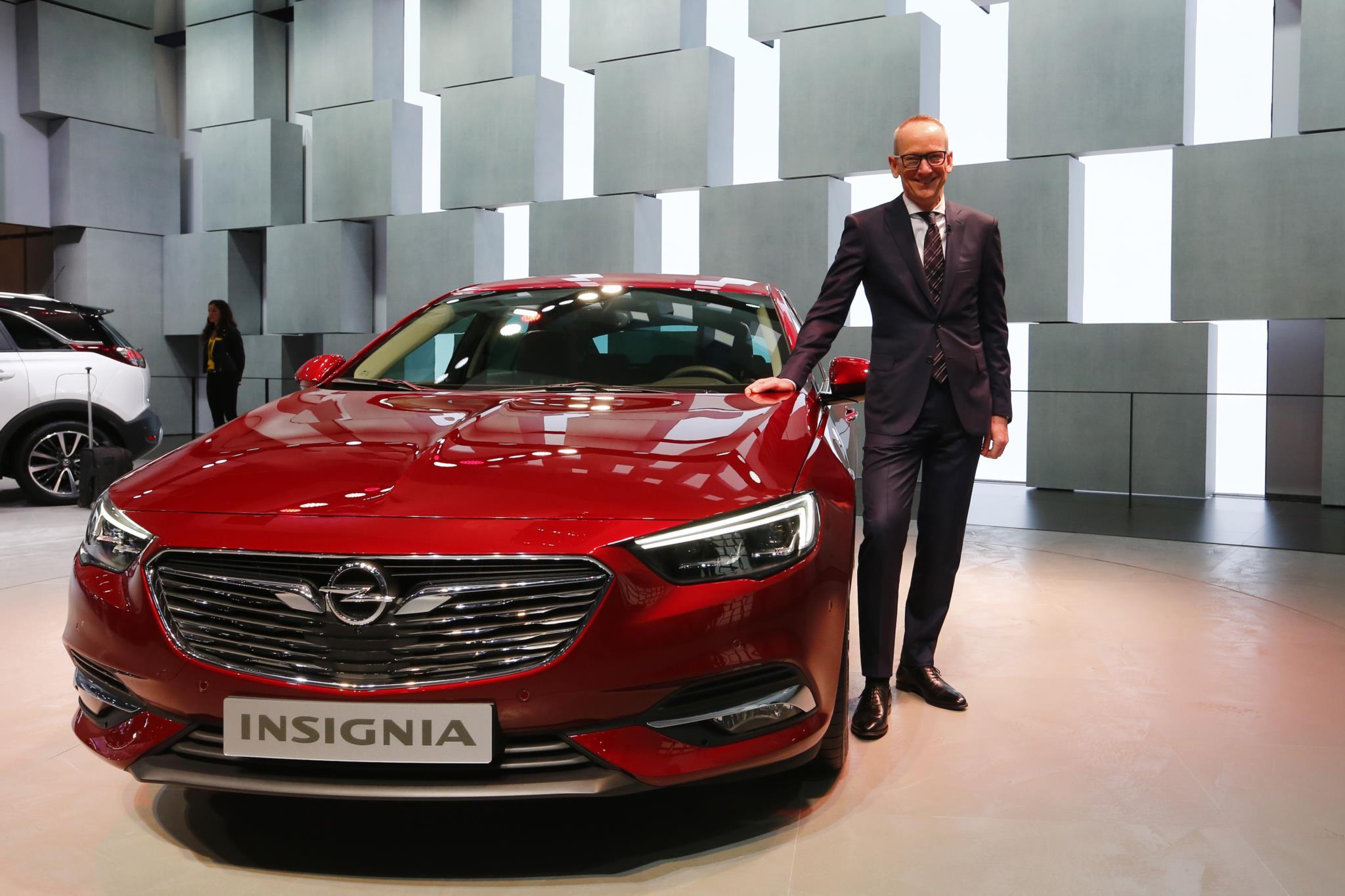Karl-Thomas Neumann, CEO da Opel, posa ao lado do novo Opel Insignia