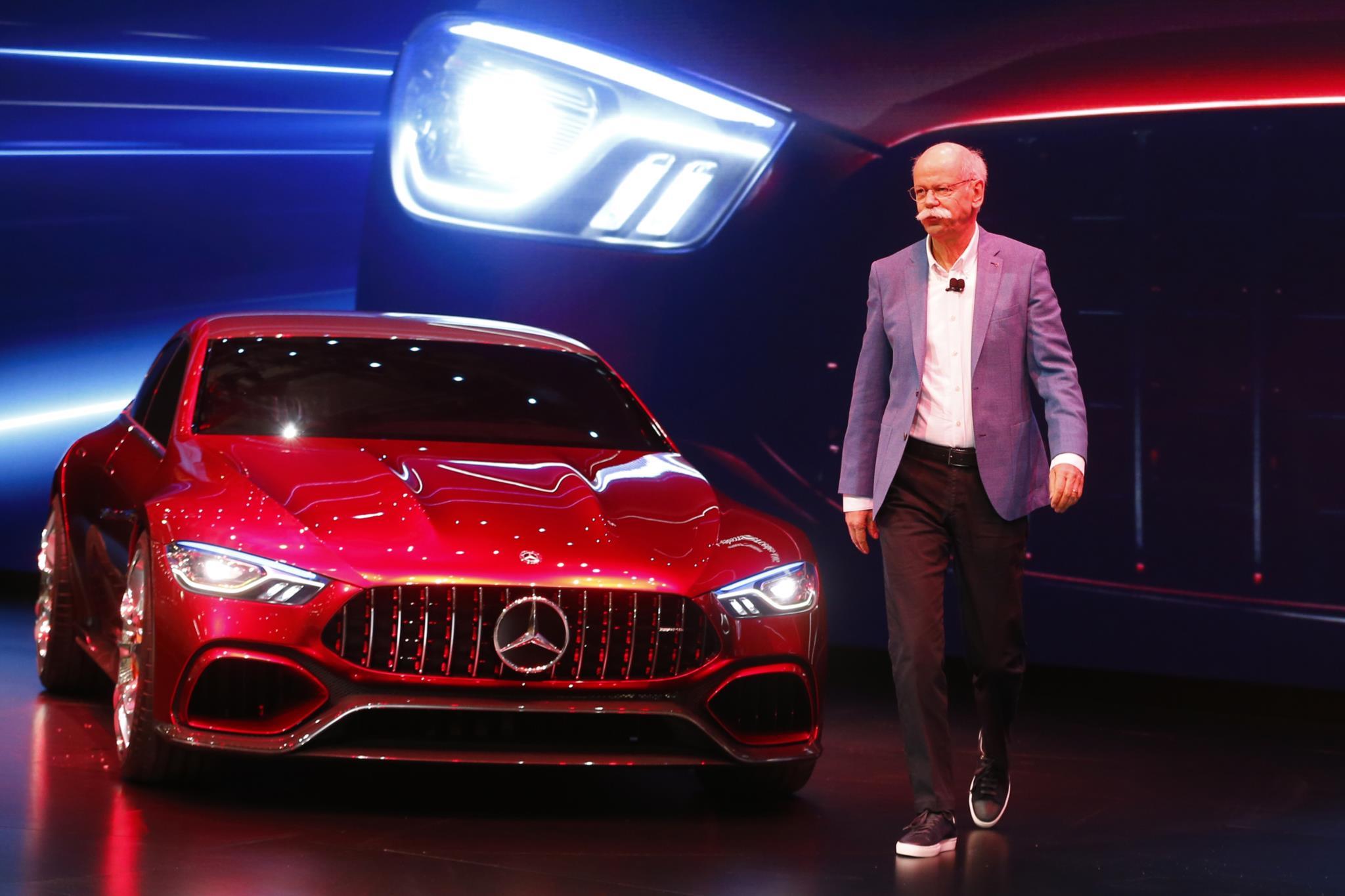 Dieter Zetsche, CEO da Daimler AG, junto do protótipo do novo Mercedes-AMG GT
