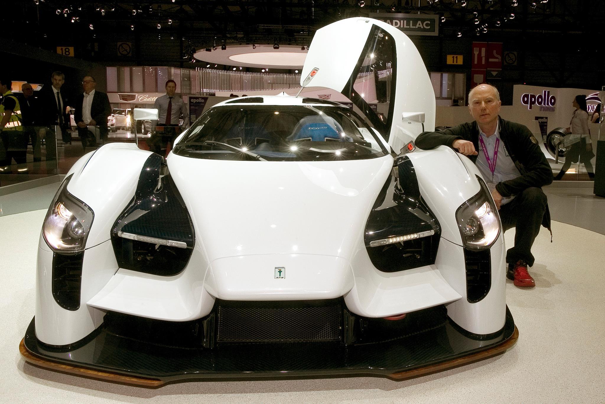O coleccionador Jim Glickenhaus e o carro de corrida SCG 0003S, com 800 cv de potência, que foi construído para si