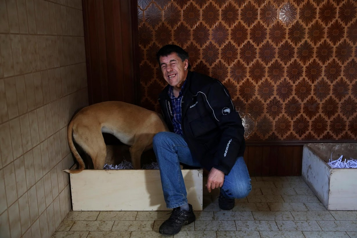 David Villanueva, 44 anos, acaricia Atila