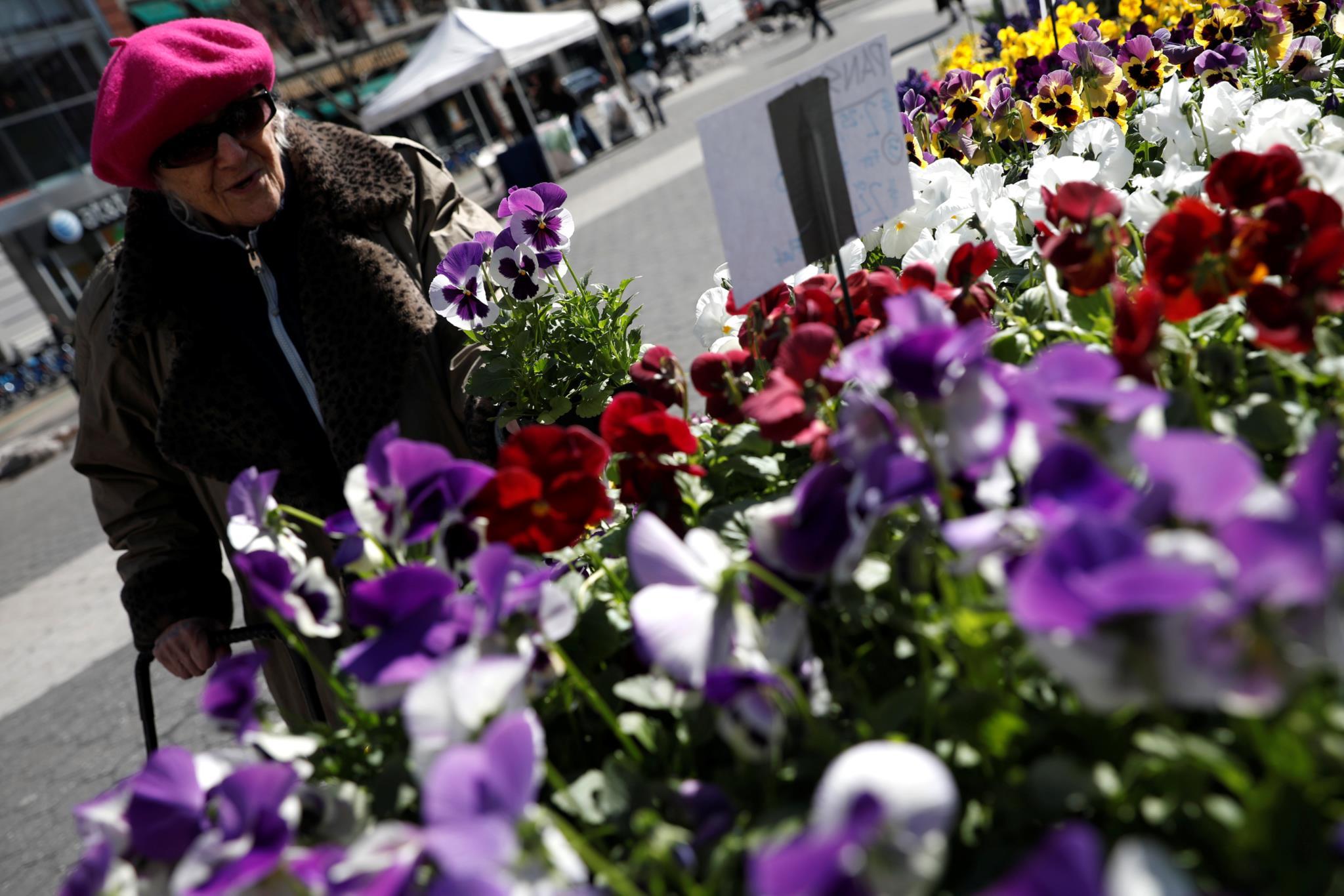 Uma mulher compra flores em Nova Iorque no primeiro dia da Primavera