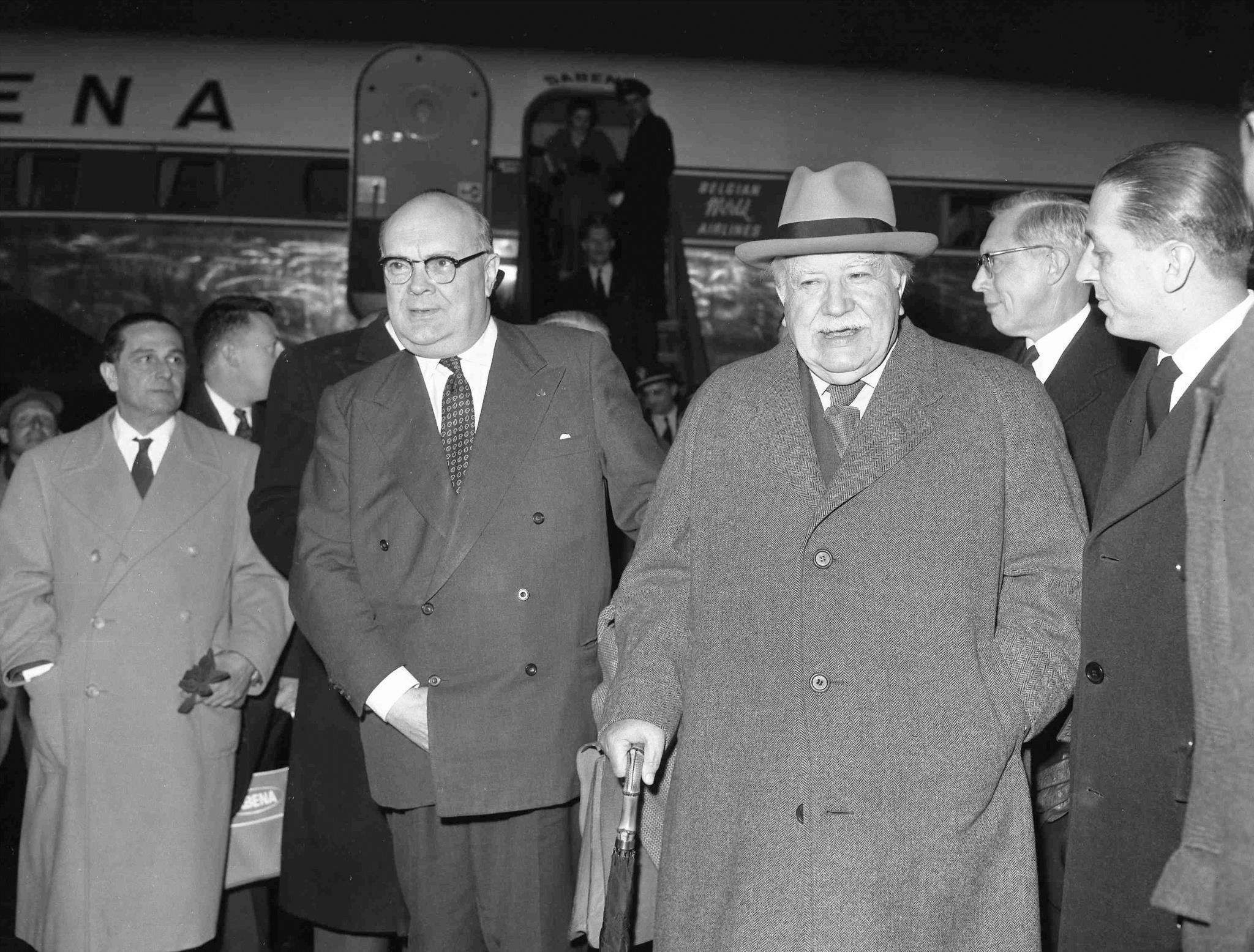 Paul-Henri Spaak, à esquerda, e Joseph Bech, de chapéu, na chegada ao aeroporto Ciampino em Roma