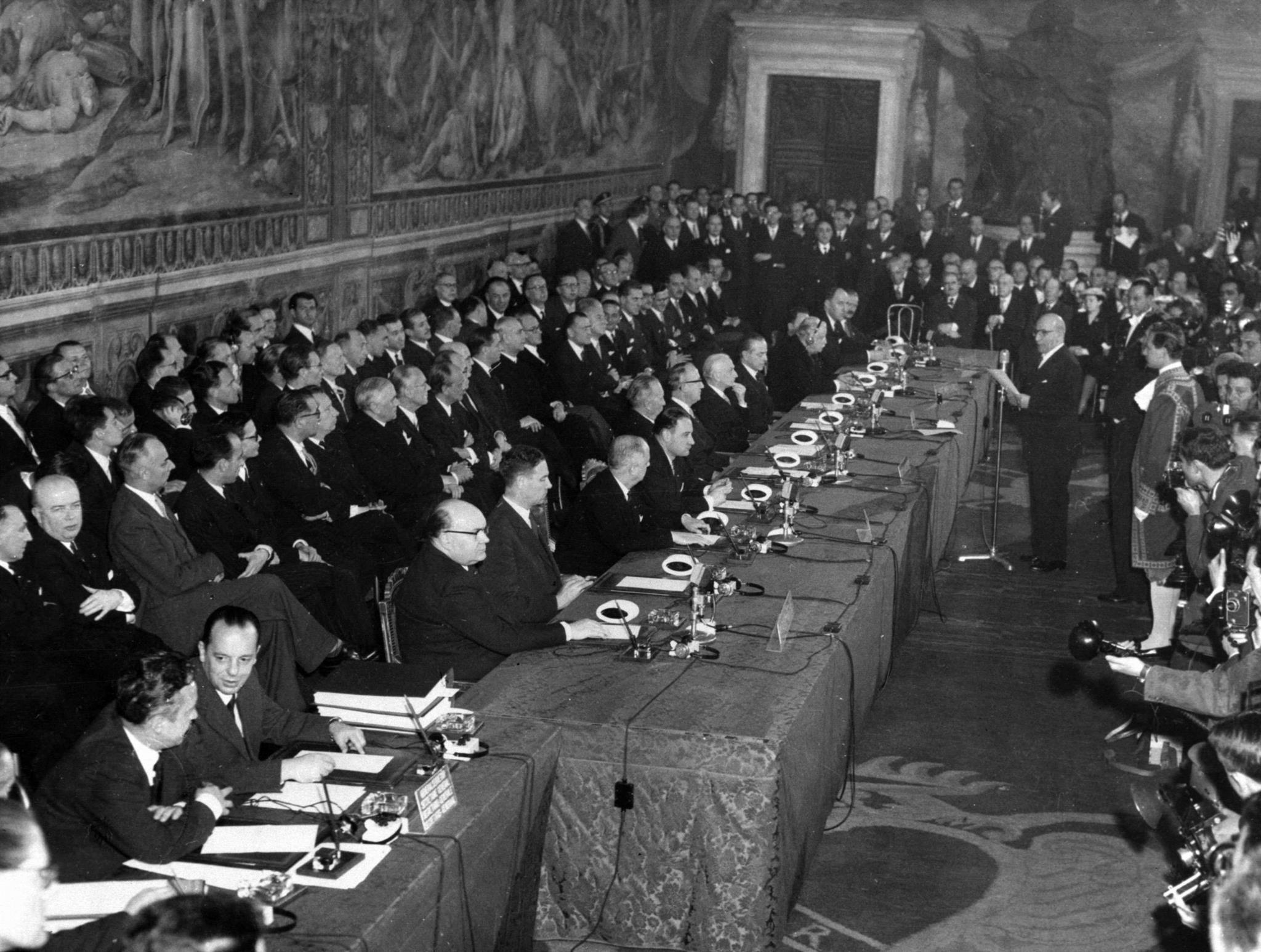 Umberto Tupini, presidente da câmara de Roma, dirigindo-se aos delegados de seis países europeus (França, Alemanha, Itália, Bélgica, Holanda e Luxemburgo)