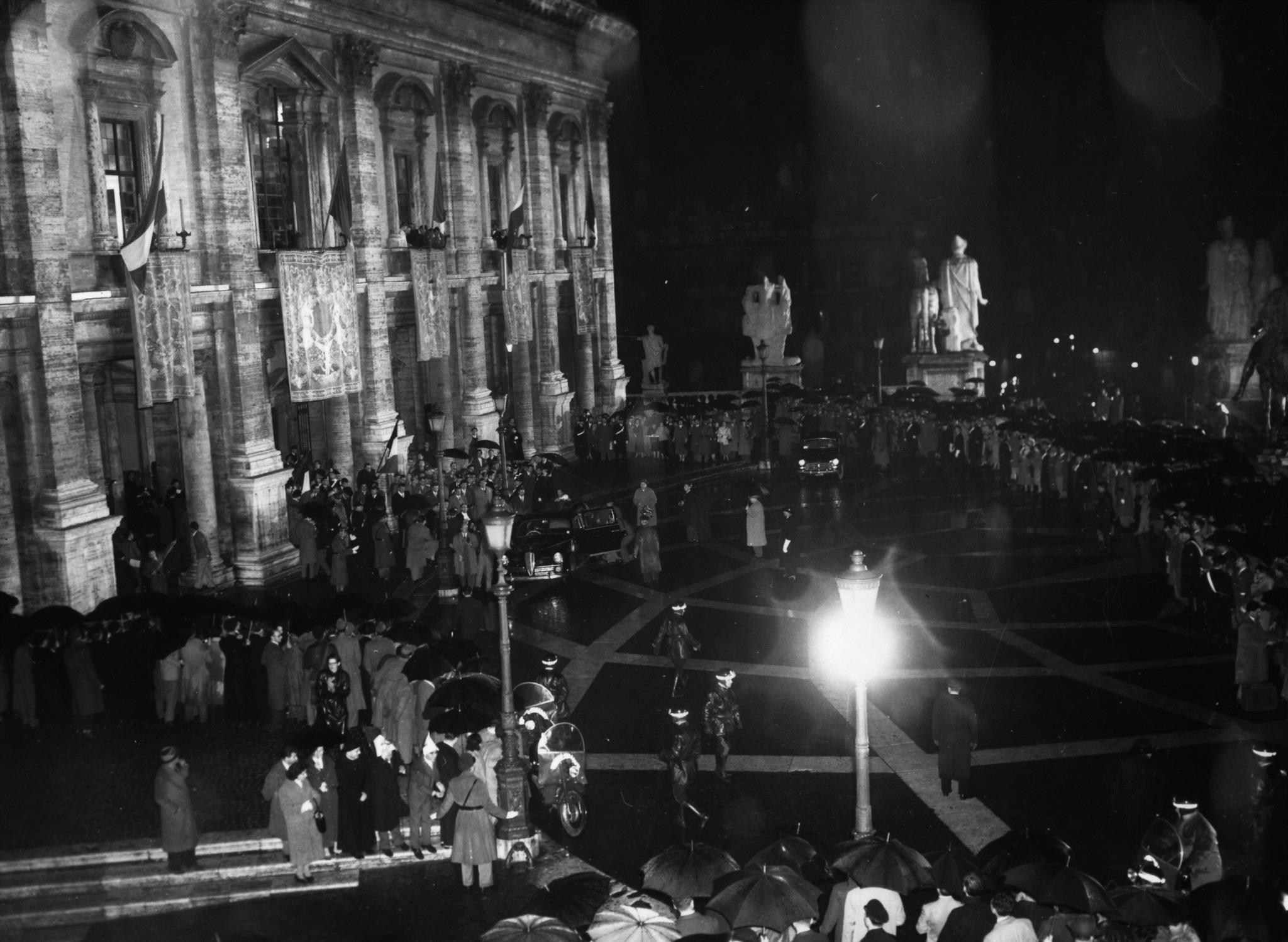 Multidão em frente ao edifício da Câmara Municipal de Roma durante a assinatura do tratado