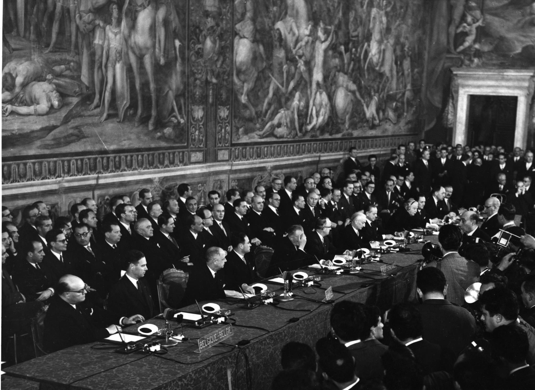 Delegados dos seis países europeus durante a cerimónia de assinatura do tratado