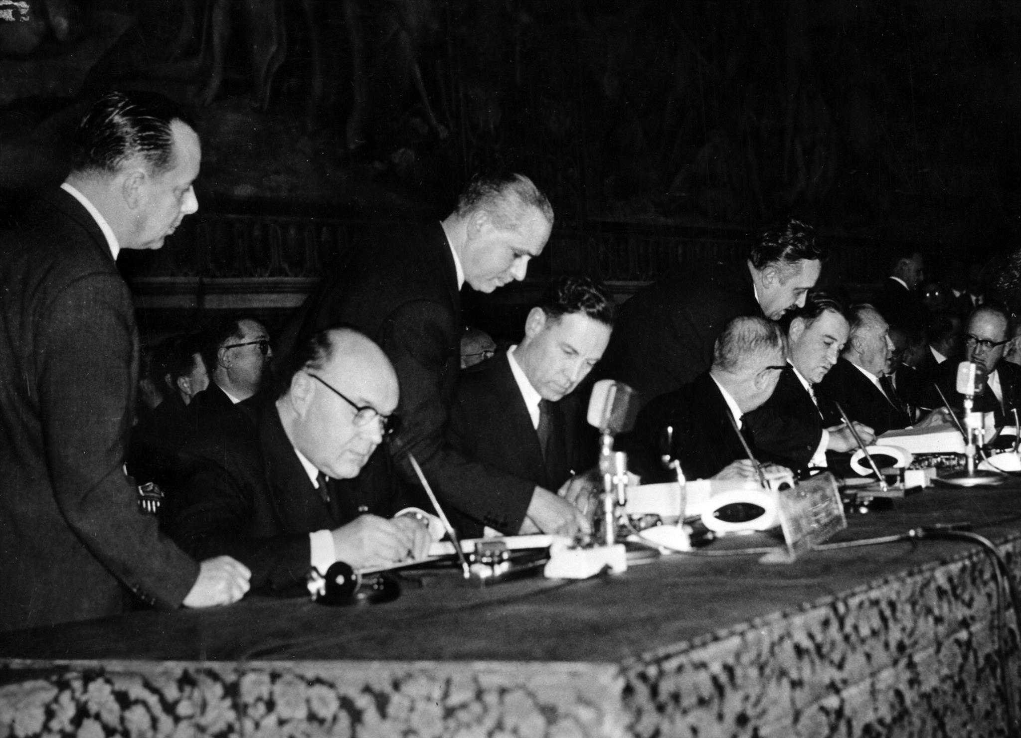 Sentados da esquerda para a direita: Paul-Henri Spaak, Jean-Charles Snoy et d'Oppuers, Christian Pineau, Maurice Faure, Konrad Adenauer, Walter Hallstein e Antonio Segni, representando a Bélgica, França, Alemanha e Itália