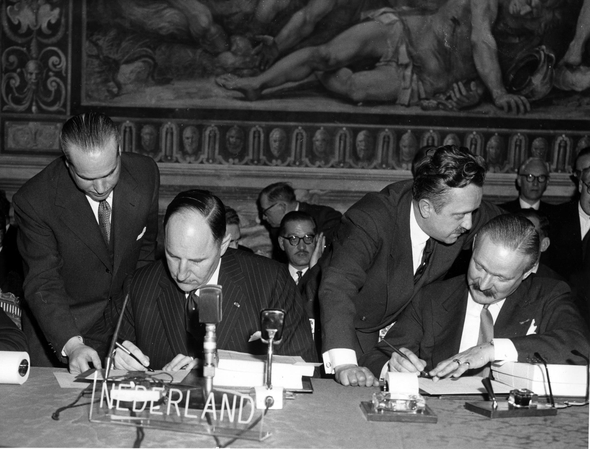 Joseph Luns e Johannes Linthorst-Homan, da esquerda para a direita, a assinar os tratados em nome da Holanda