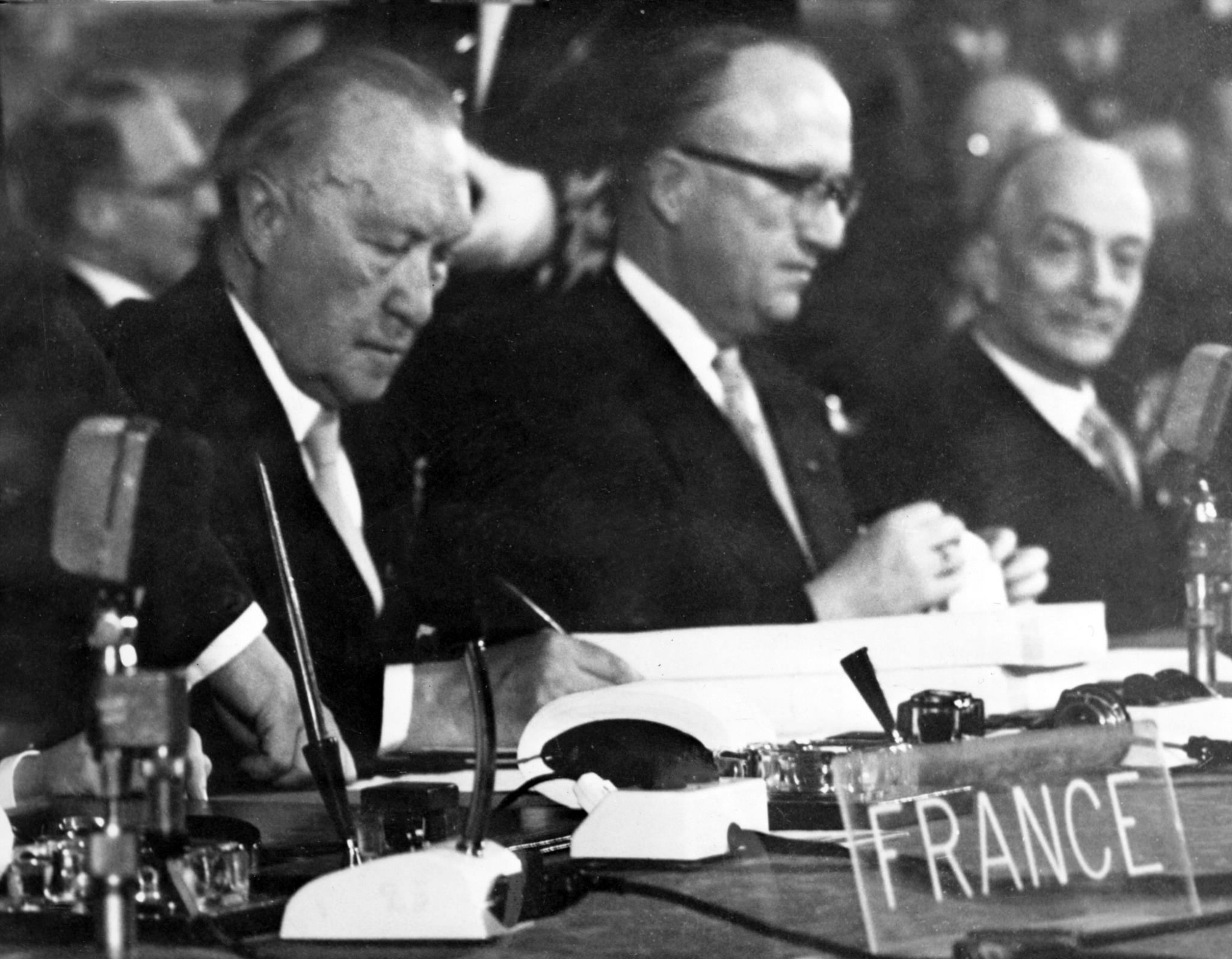 Membros da delegação alemã a assinar os tratados: Konrad Adenauear e Walter Hallstein
