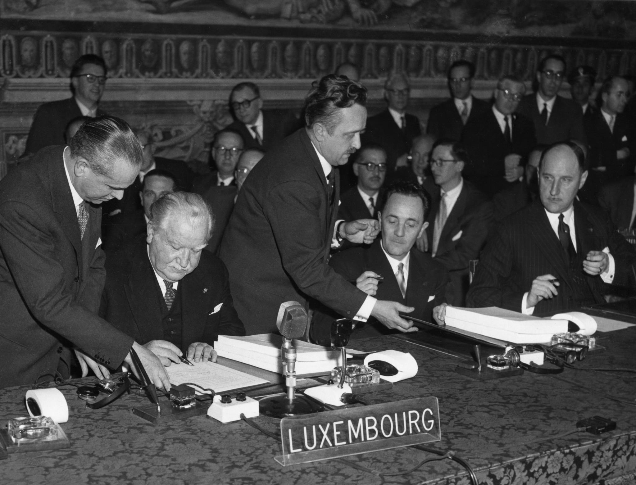 Assinatura dos tratados pelo Luxemburgo e Holanda. Da esquerda para a direita: Joseph Bech, Lambert Schaus e Joseph Luns