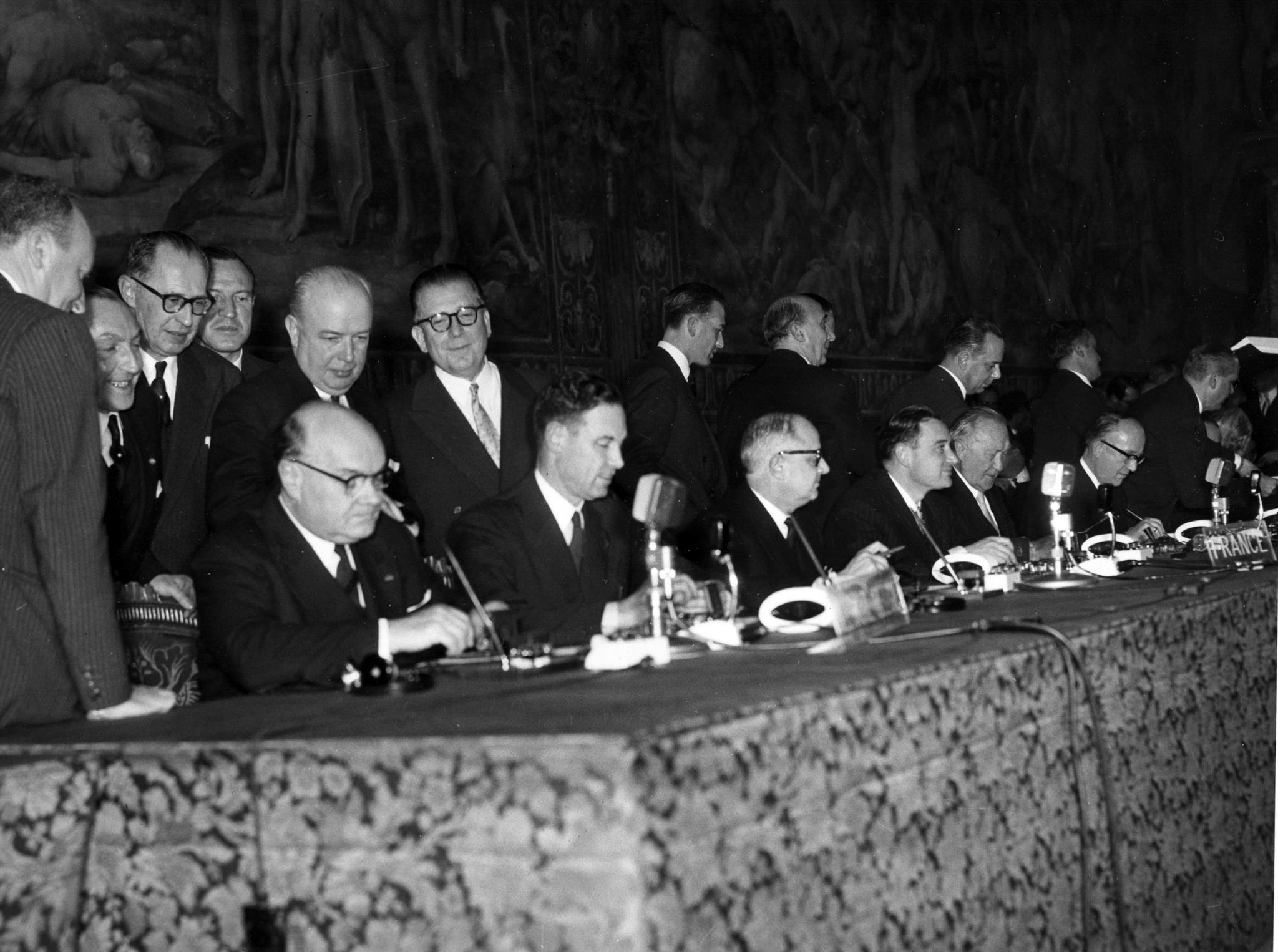 Da esquerda para a direita: assinatura dos tratados pela Bélgica, França e Alemanha. Paul-Henri Spaak, Jean-Charles Snoy et d'Oppuers, Christian Pineau, Maurice Faure, Konrad Adenauer e Walter Hallstein.