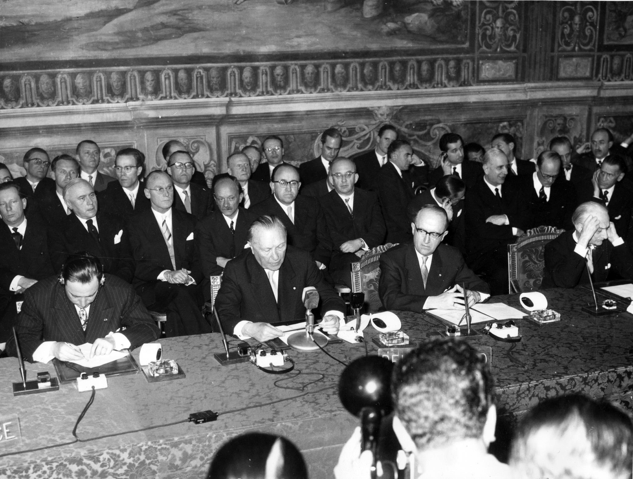 Políticos europeus reunidos no edifício da Câmara Municipal de Roma durante a cerimónia de assinatura dos tratados, a 25 de Março de 1957