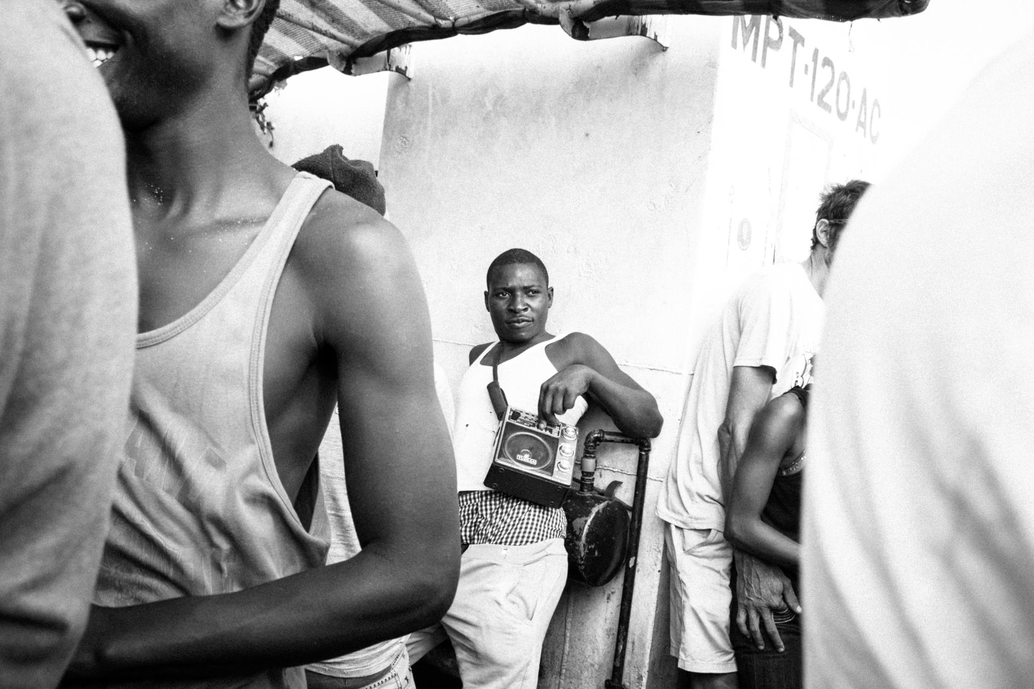 Um homem, num barco em Moçambique, dá música a quem o rodeia (3.º prémio - Portugal)