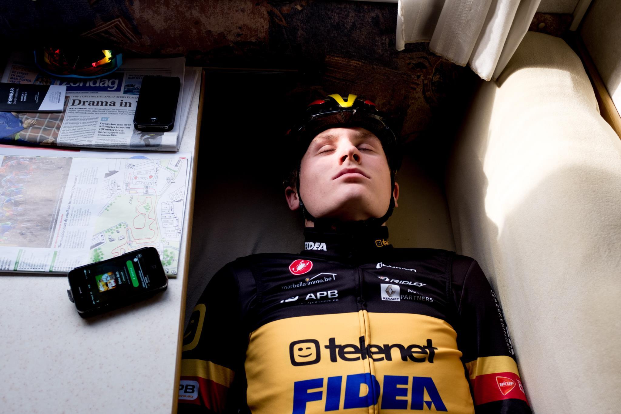 O ciclista Thijs Aerts repousa no interior da sua auto-caravana antes de uma prova(1.º prémio - Bélgica)