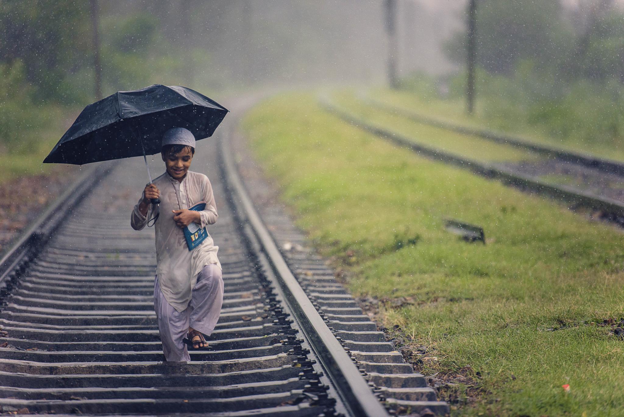 Uma criança passeia pelos caminhos-de-ferro (1.º prémio - Paquistão)