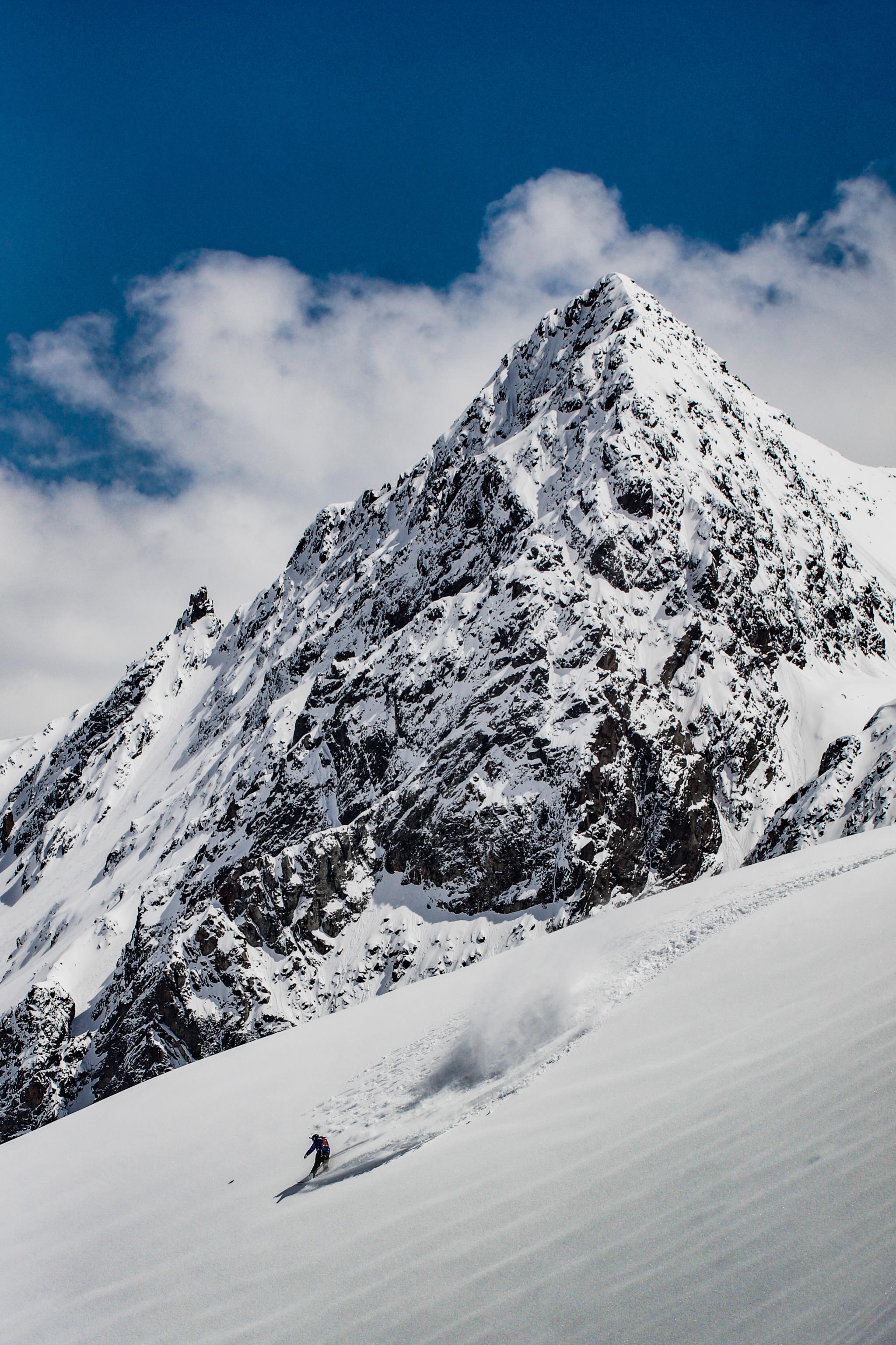 Um esquiador desce pela neve com a montanha de Fernerkogel como fundo (1.º prémio - Áustria)