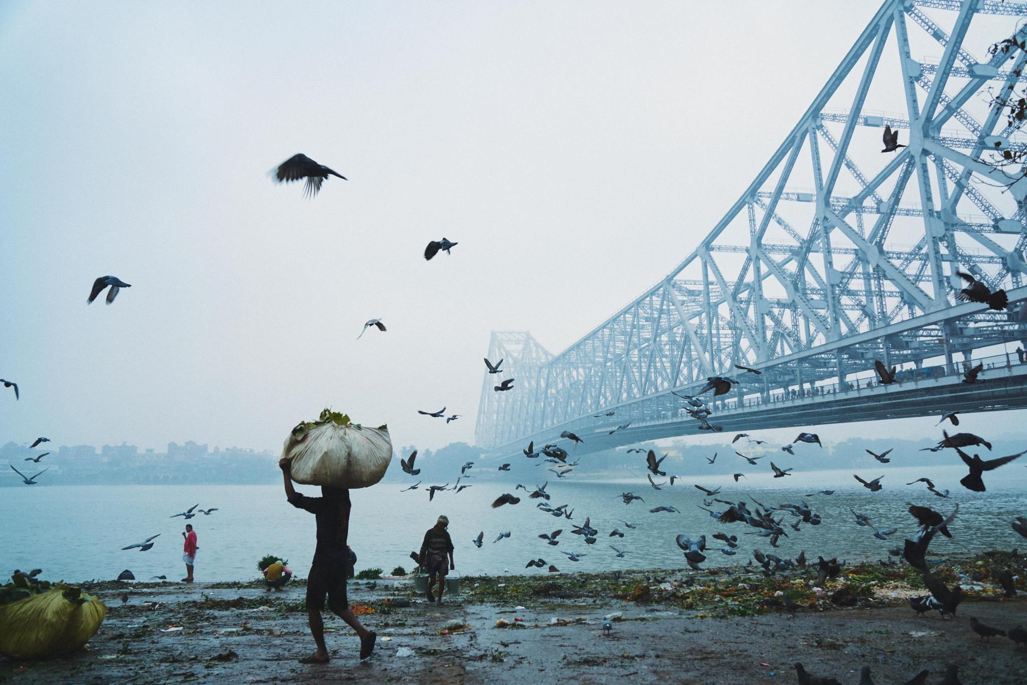 Amanhecer junto à ponte de Haora, na Índia (1.º prémio - Bangladesh)