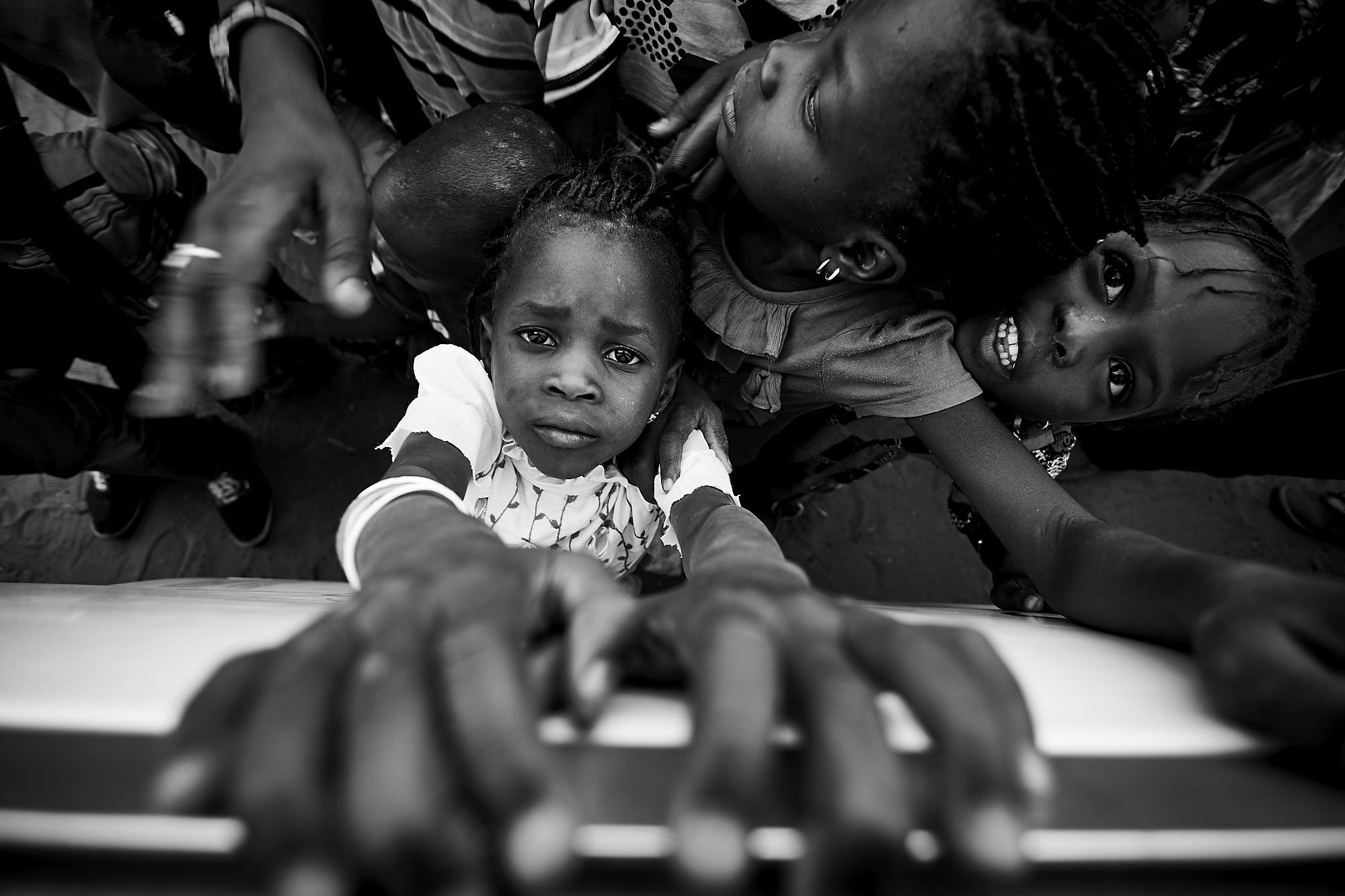 Crianças na aldeia de Parba, no Senegal, durante uma missão humanitária da AMI (1.º prémio - Portugal)