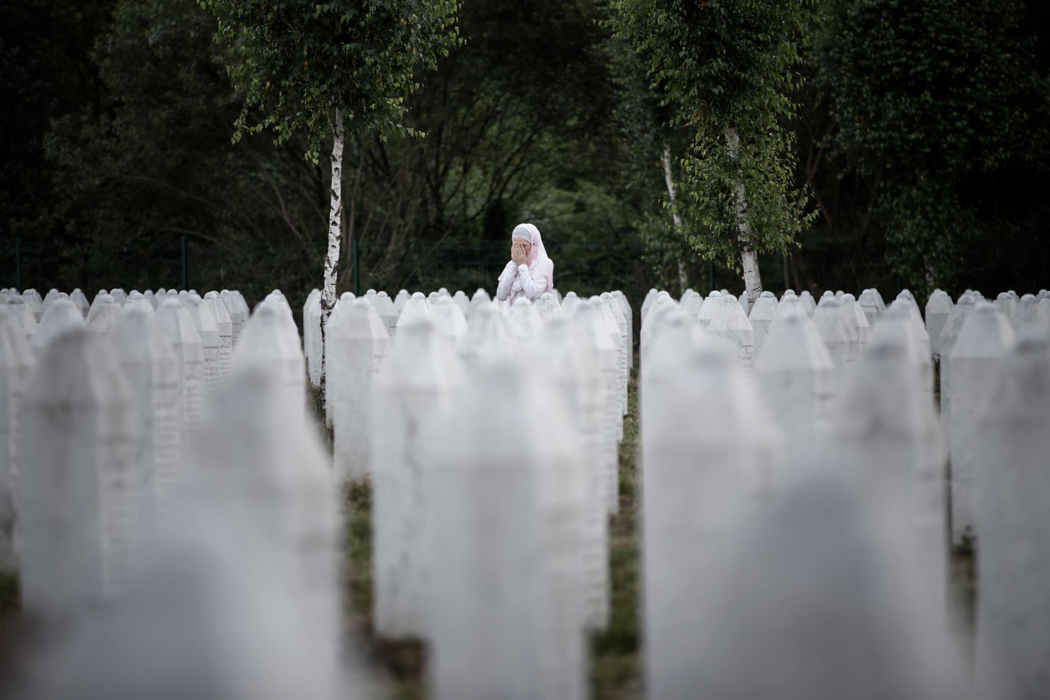 Cemitério muçulmano de Potocari, na Bósnia-Herzegovina, na véspera do 21.º aniversário  do massacre de Srebrenica (1.º prémio - Espanha)