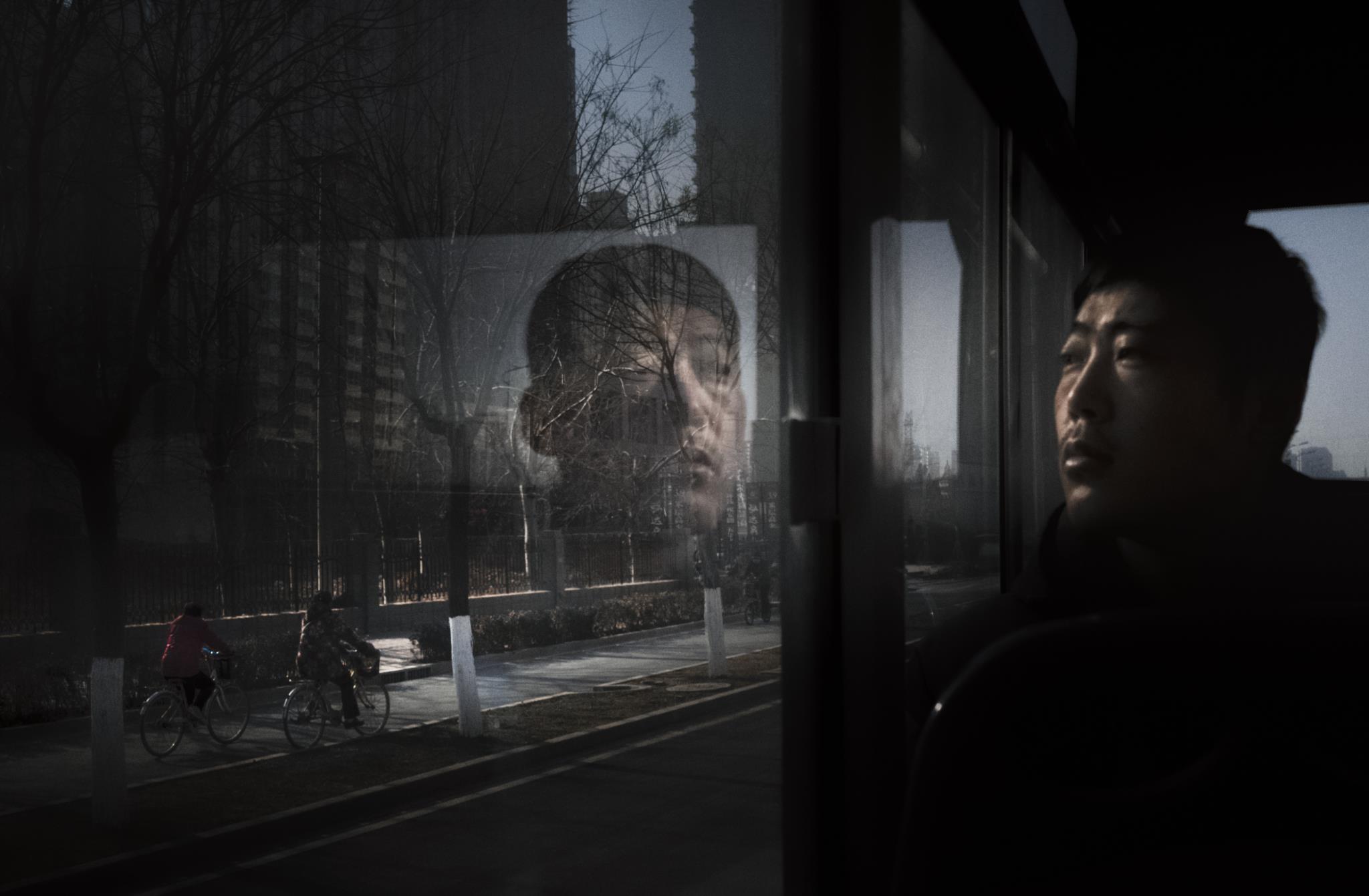 Passageiro de um autocarro na China (1.º prémio - Polónia)
