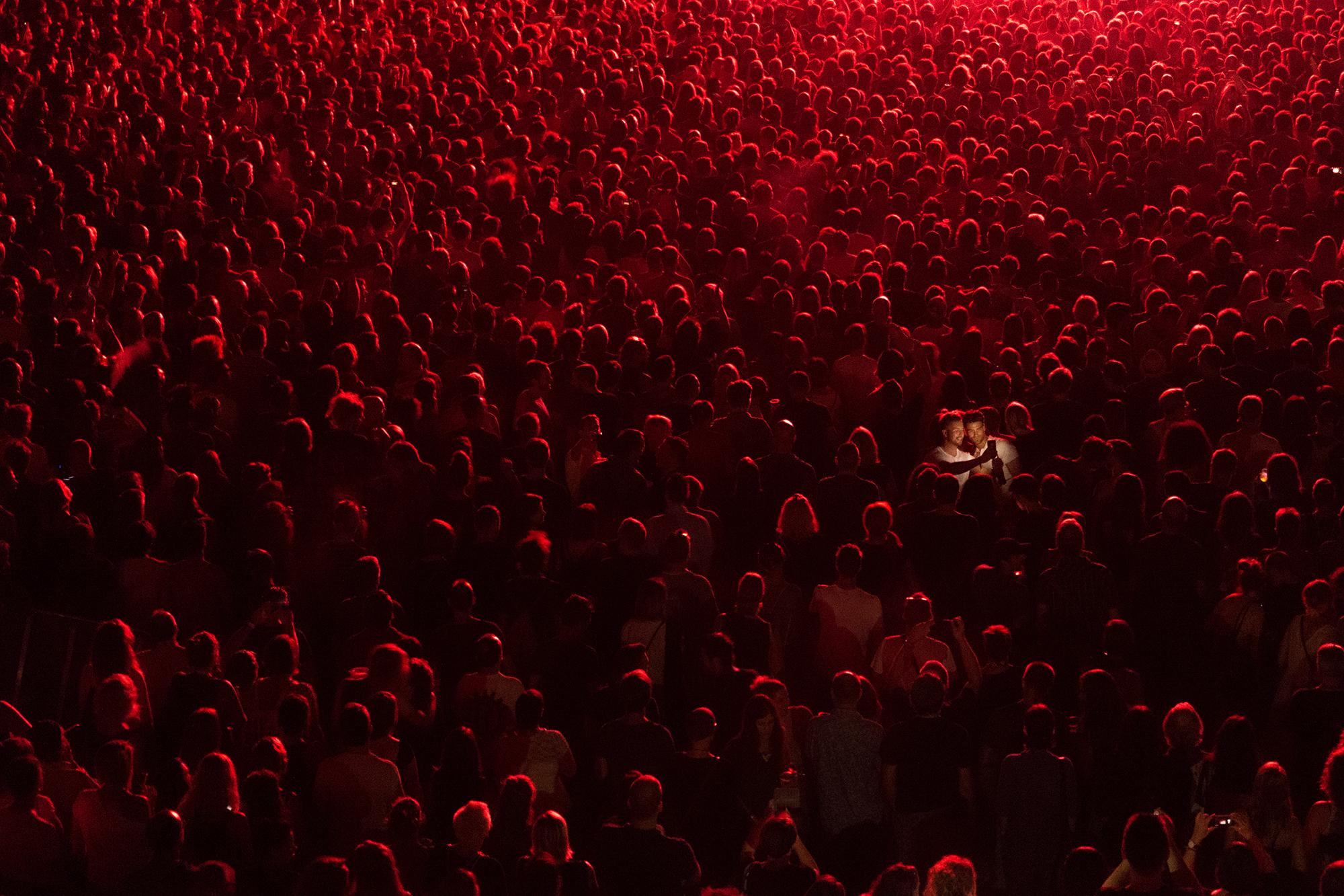Dois rapazes tiram uma <i>selfie</i> durante um concerto da banda Massive Attack em Pula (1.º prémio - Sérvia)