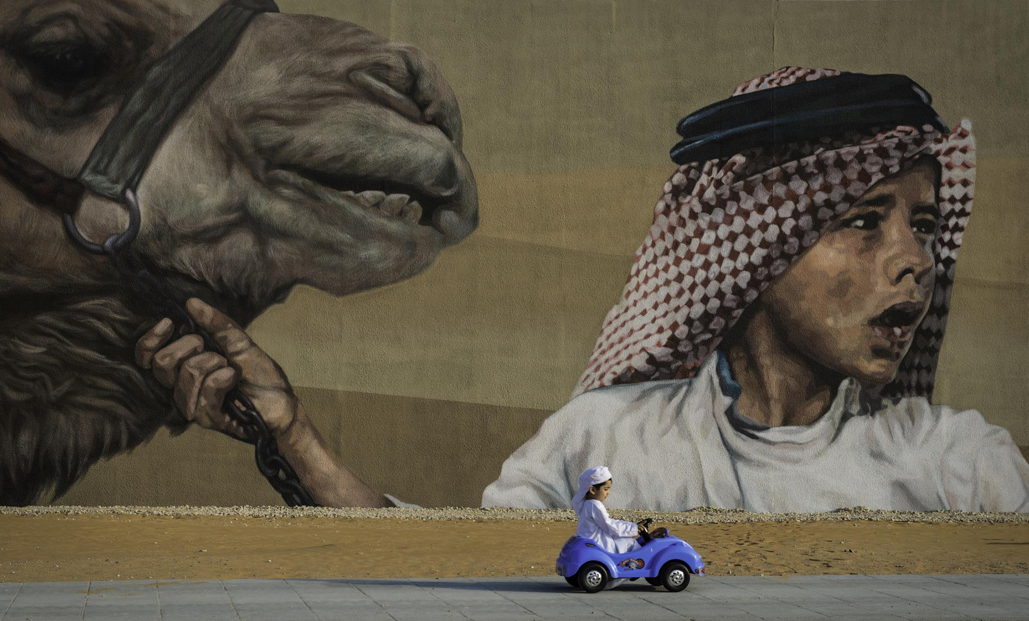 Uma criança passeia no seu carro de brincar em Abu Dhabi (1.º prémio - Emirados Árabes Unidos)