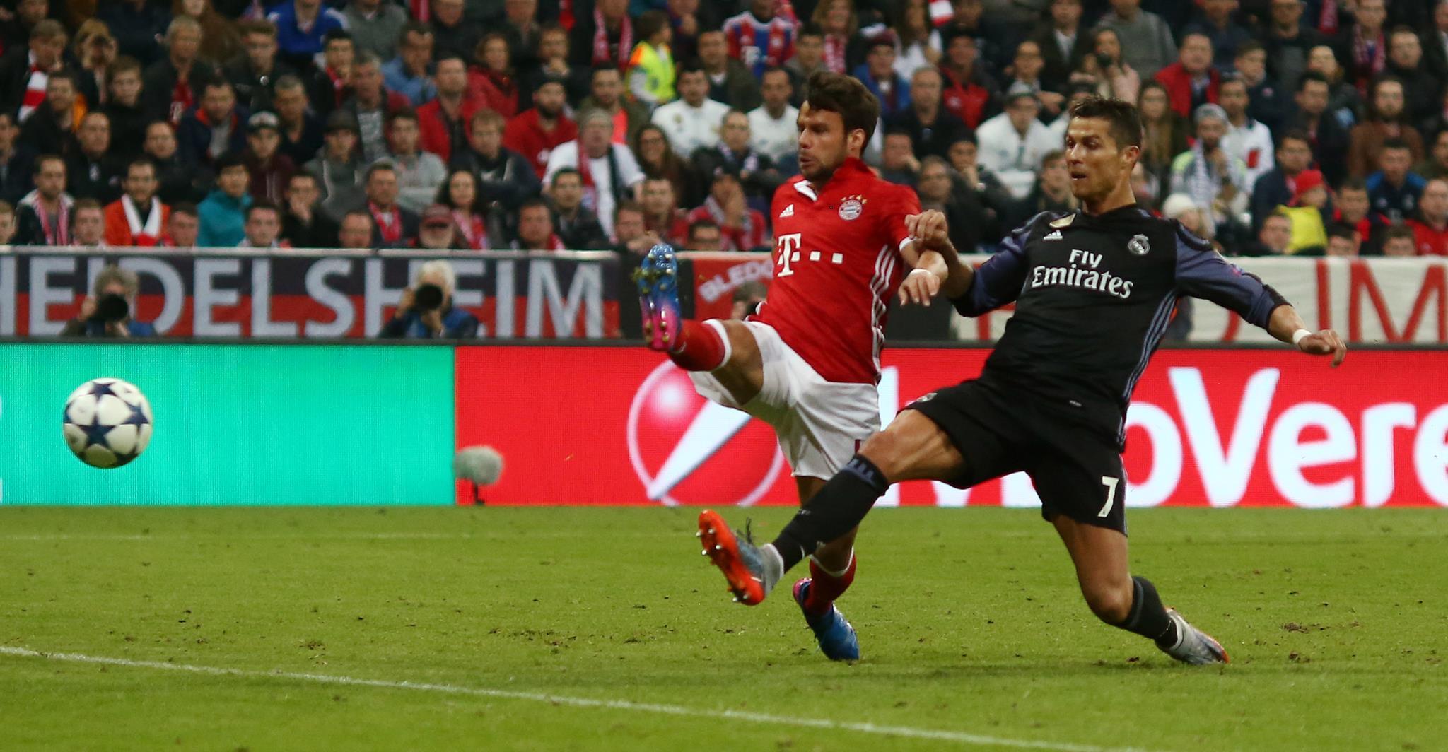 Momento em que Ronaldo marcou o seu segundo golo no jogo de Munique na primeira mão