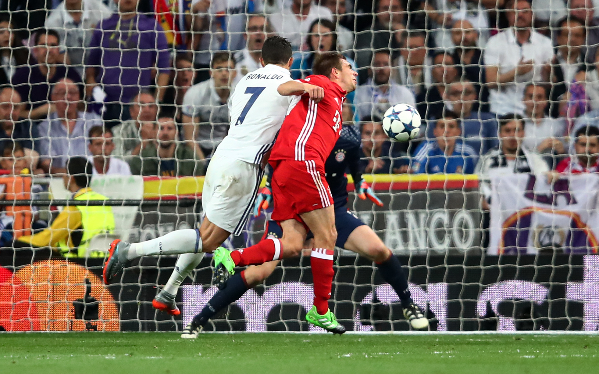 Cabeceamento de Cristiano acabou no fundo da baliza esta terça-feira no Santiago Bernabéu