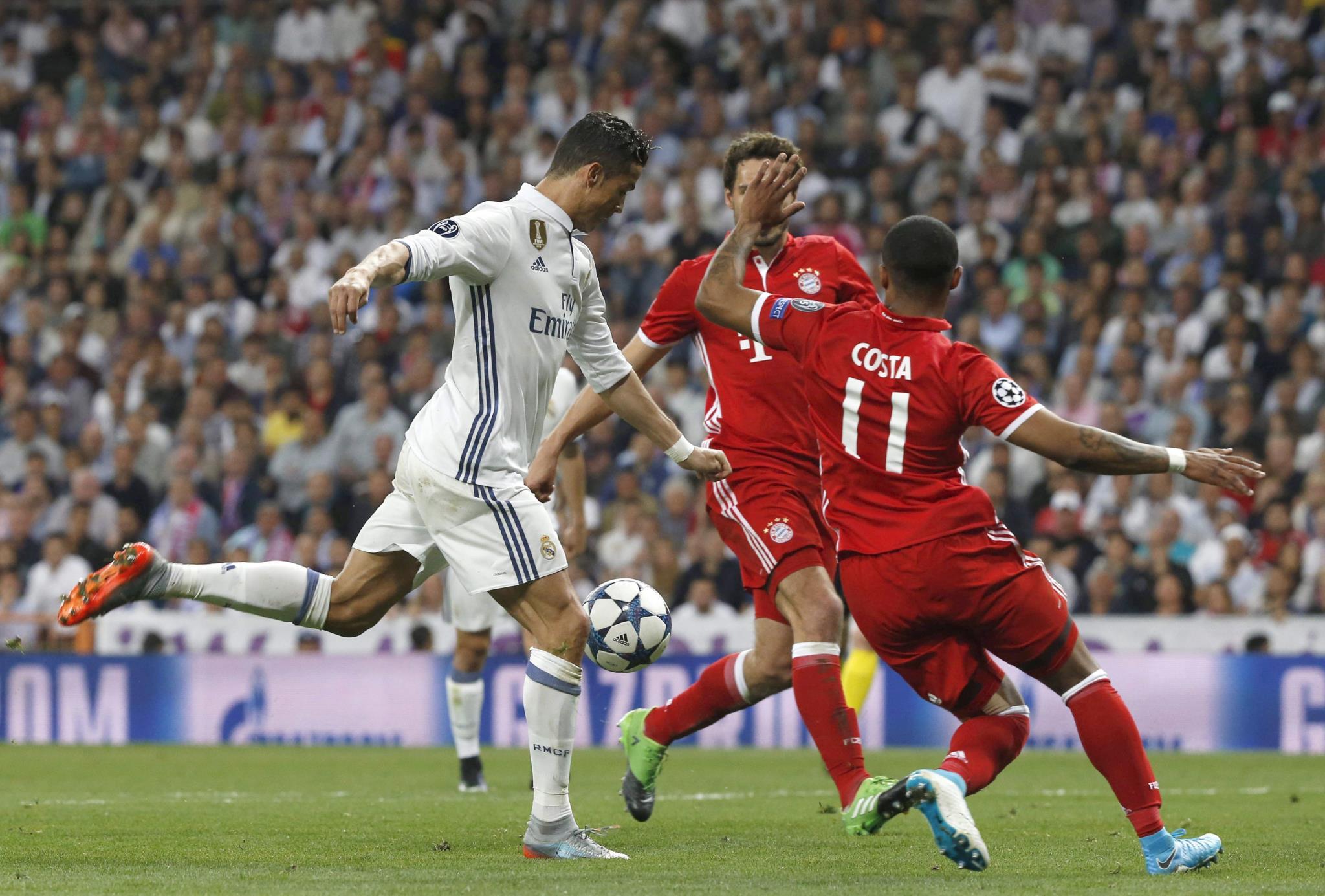 Mais tarde, Cristiano dominou a bola no peito e atirou para o segundo golo do Real e da conta pessoal