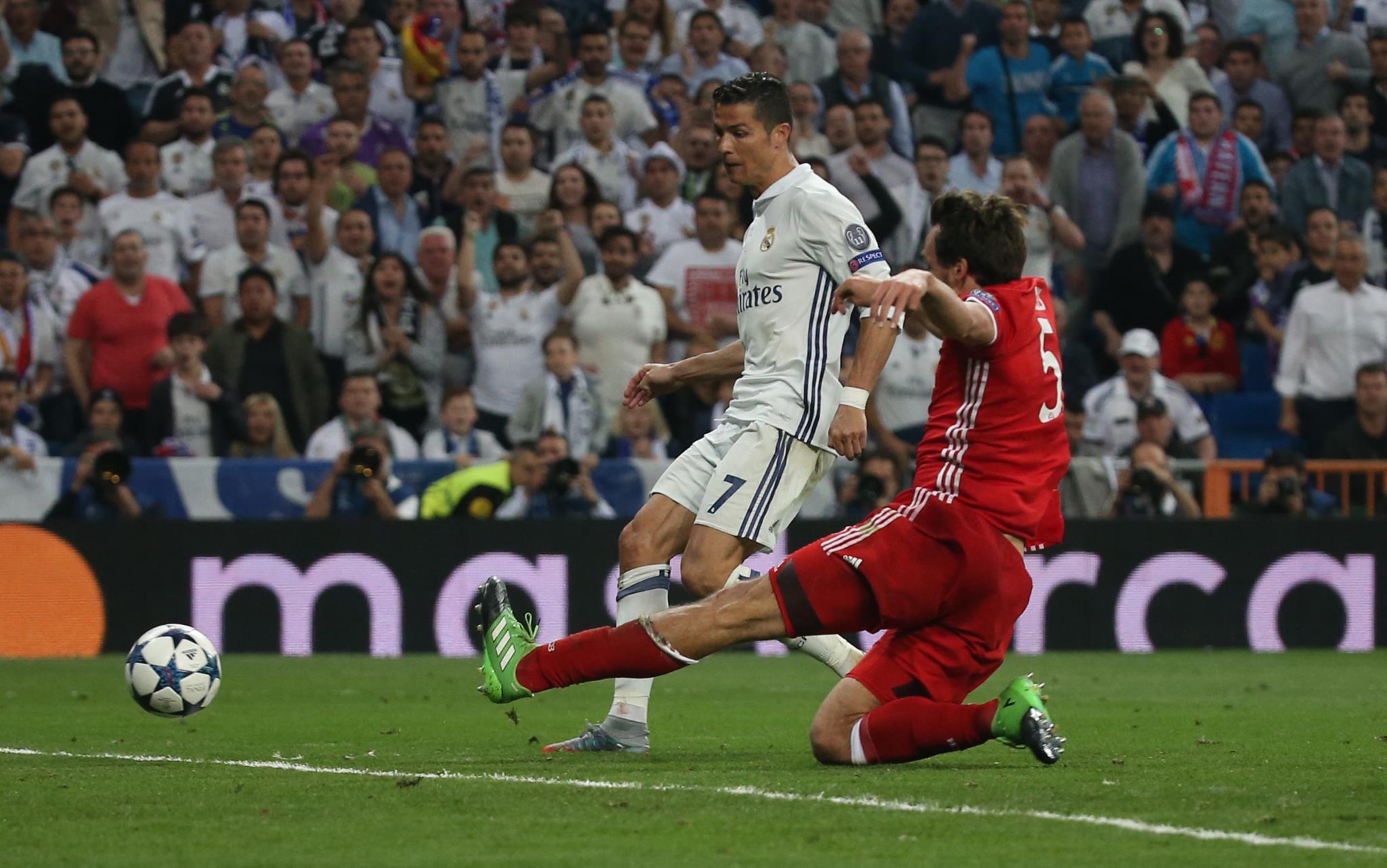 Depois, Ronaldo teve só de enconstar para completar o <i>hat-trick</i>