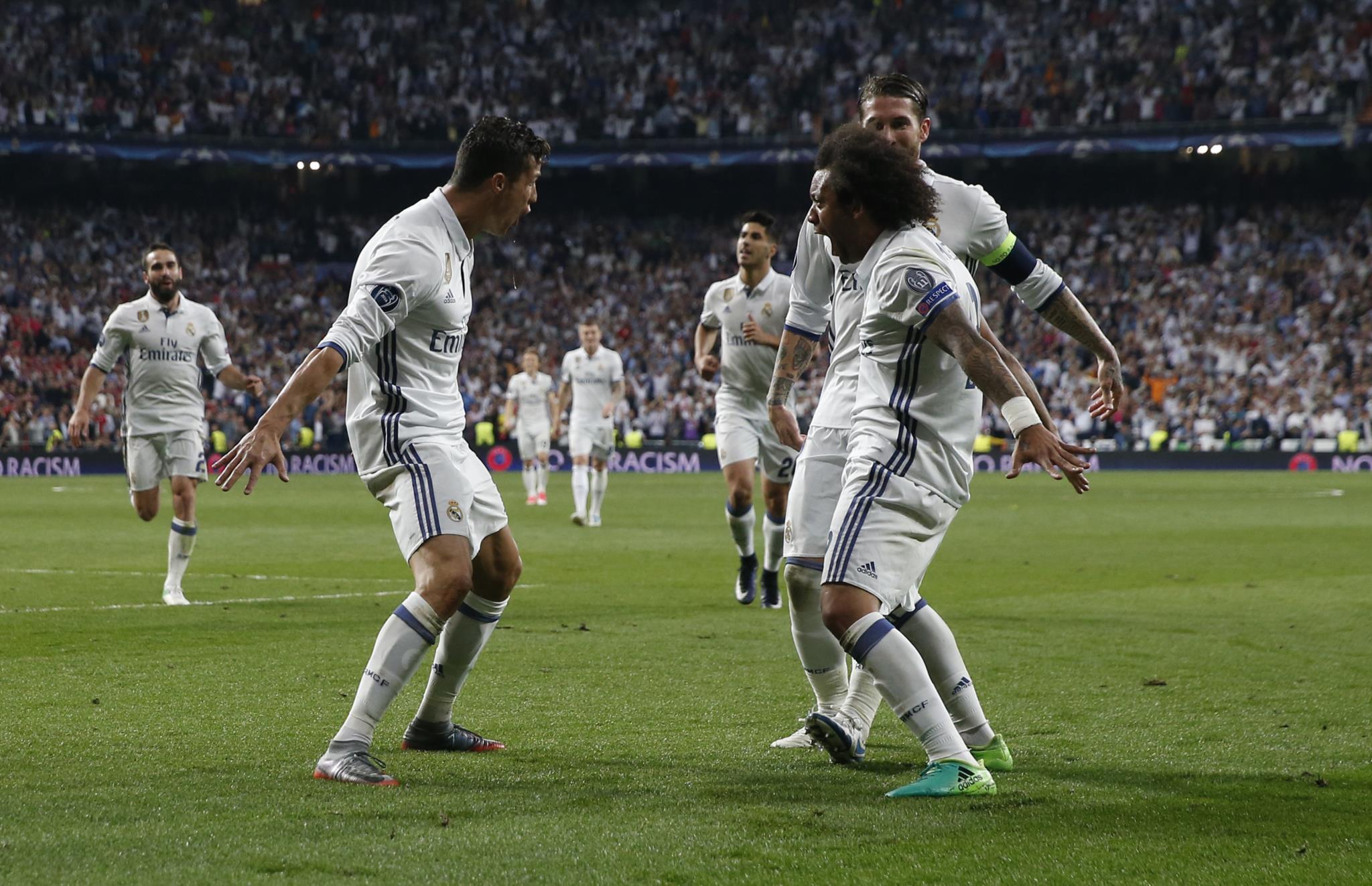 """Ronaldo foi festejar com o lateral-esquerdo, o """"criador"""" do terceiro golo do português na partida e o quinto na eliminatória"""