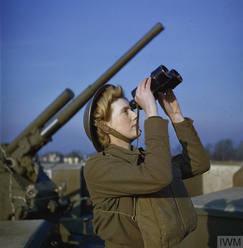 """Uma """"observadora"""" da Auxiliary Territorial Service, ramo feminino do exército britânico durante a II Guerra Mundial, vigia os céus em busca de aviões inimigos, em Dezembro de 1942"""