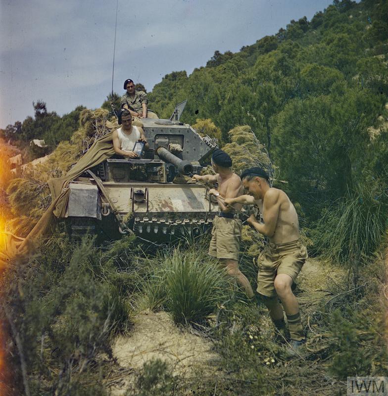 Operações de limpeza de tanque em El Aroussa, Tunísia, em Maio de 1943