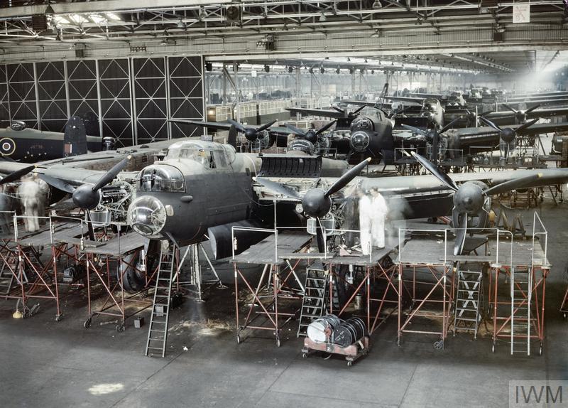 Uma oficina de montagem de aviões onde estão a ser finalizados Lancaster Bombers, em Manchester, 1943
