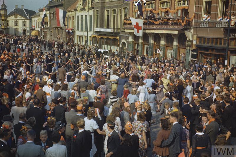 Holandeses celebram a libertação de Eindhoven pelas forças aliadas em Setembro de 1944