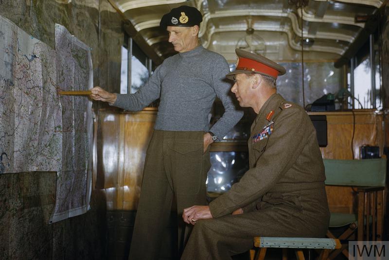 O rei George VI recebe uma explicação sobre a estratégia dos Aliados, em Outubro de 1944