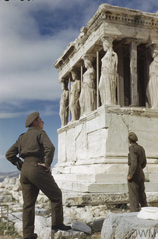 Soldados britânicos visitam a Acrópole de Atenas, na Grécia, em Outubro de 1944