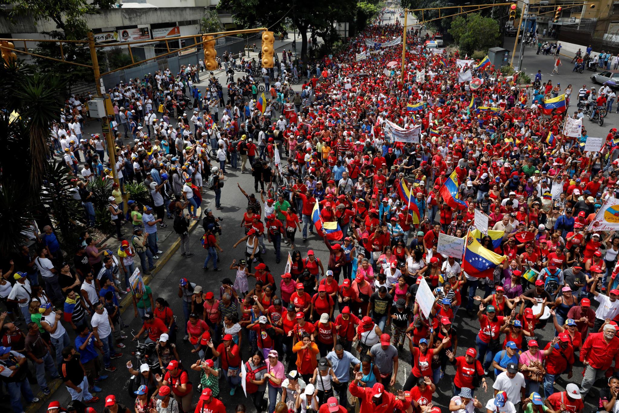Apoiantes de Maduro também saíram à rua