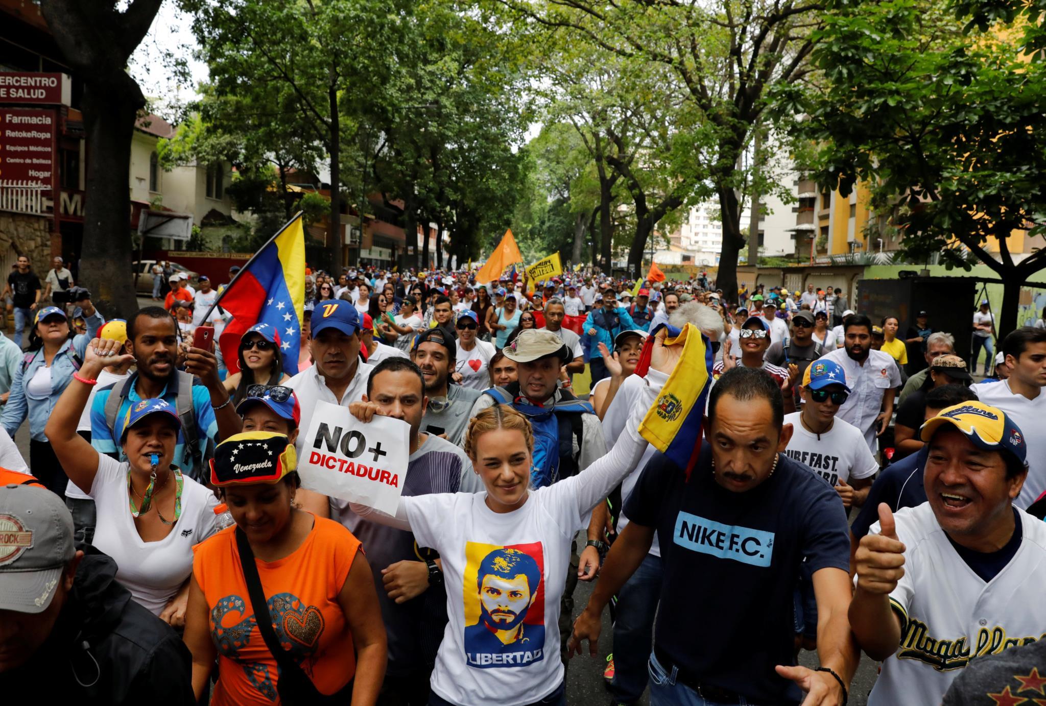 Lilian Tintori (ao centro), mulher de um dos líderes da oposição Leopoldo Lopez, que se encontra preso, também participou nos protestos