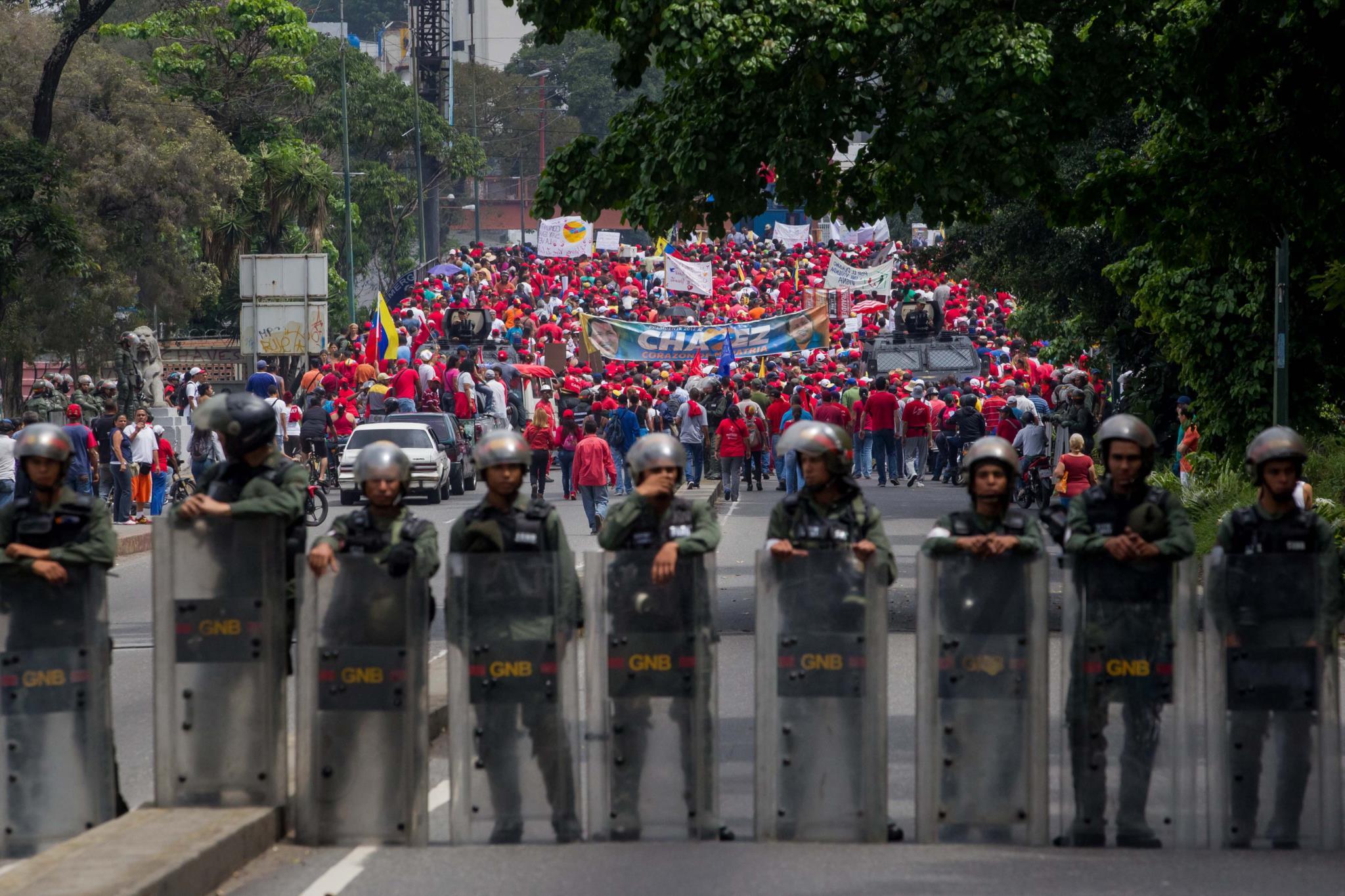 Cordão policial separa manifestações