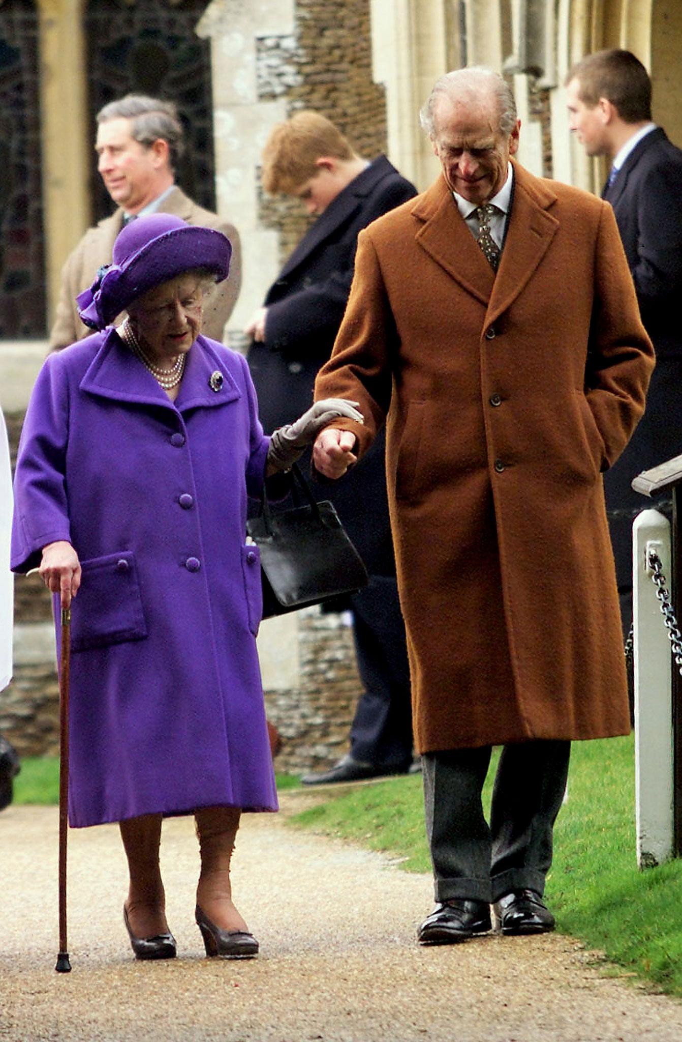 Com a Rainha Mãe em Dezembro de 1999