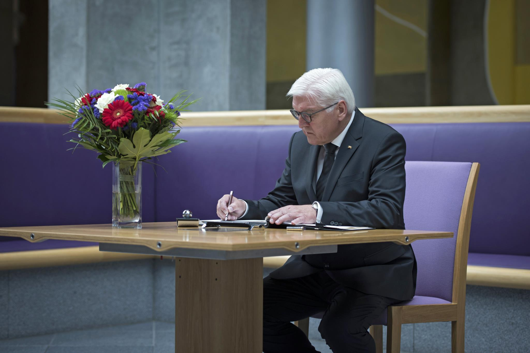 O Presidente alemão Frank-Walter Steinmeier assina o livro de condolências pelas vítimas do ataque em Manchester