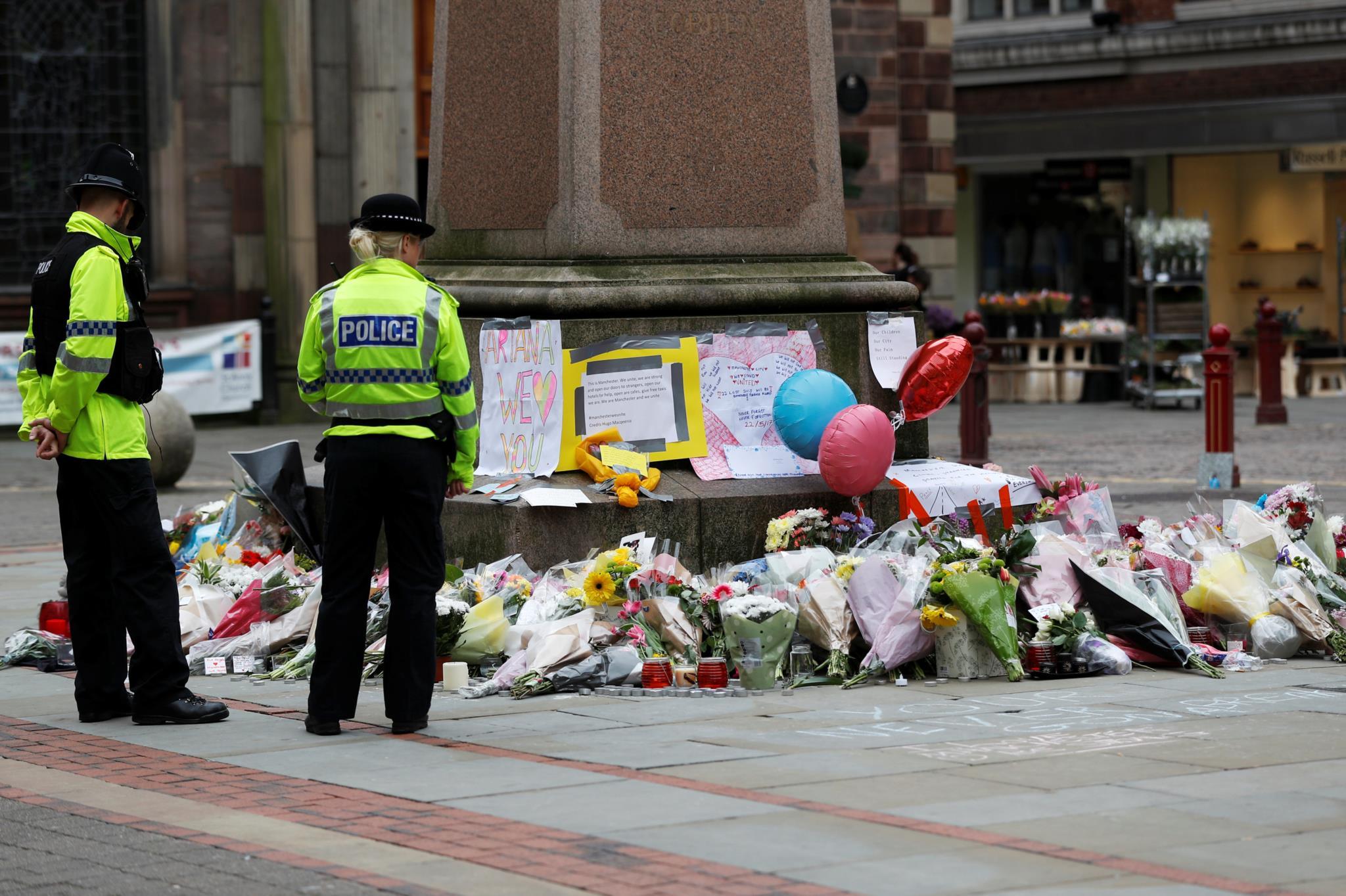 Memorial pelas vítimas na Praça St. Ann, em Manchester