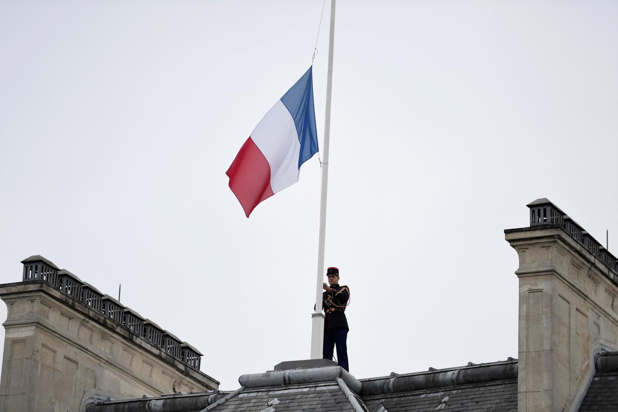A bandeira francesa a meia-haste no Palácio do Eliseu, em Paris